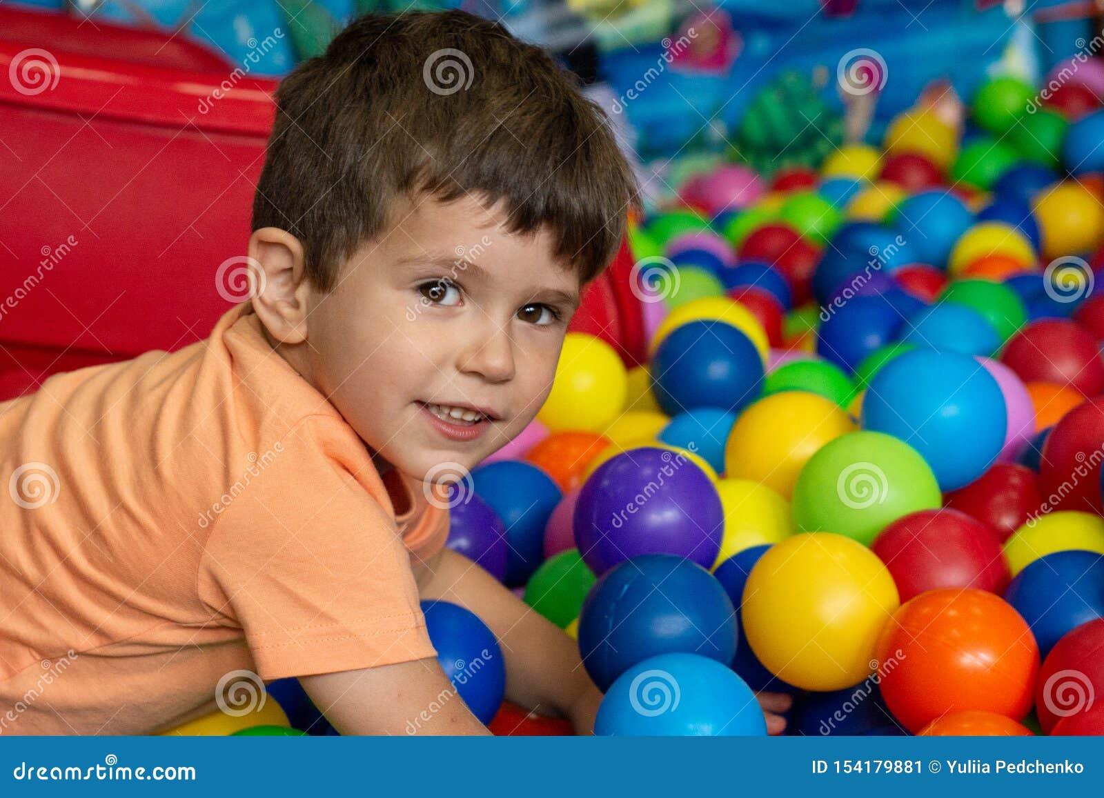 Boisko z balową jamą salową Radosny dzieciak ma zabawę przy salowych dzieciaków balową strefą