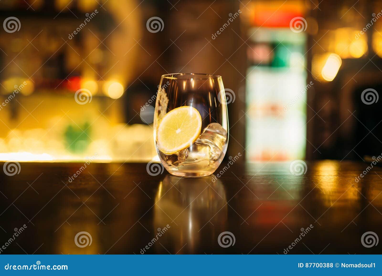 Boisson avec la tranche de citron et de glaçons