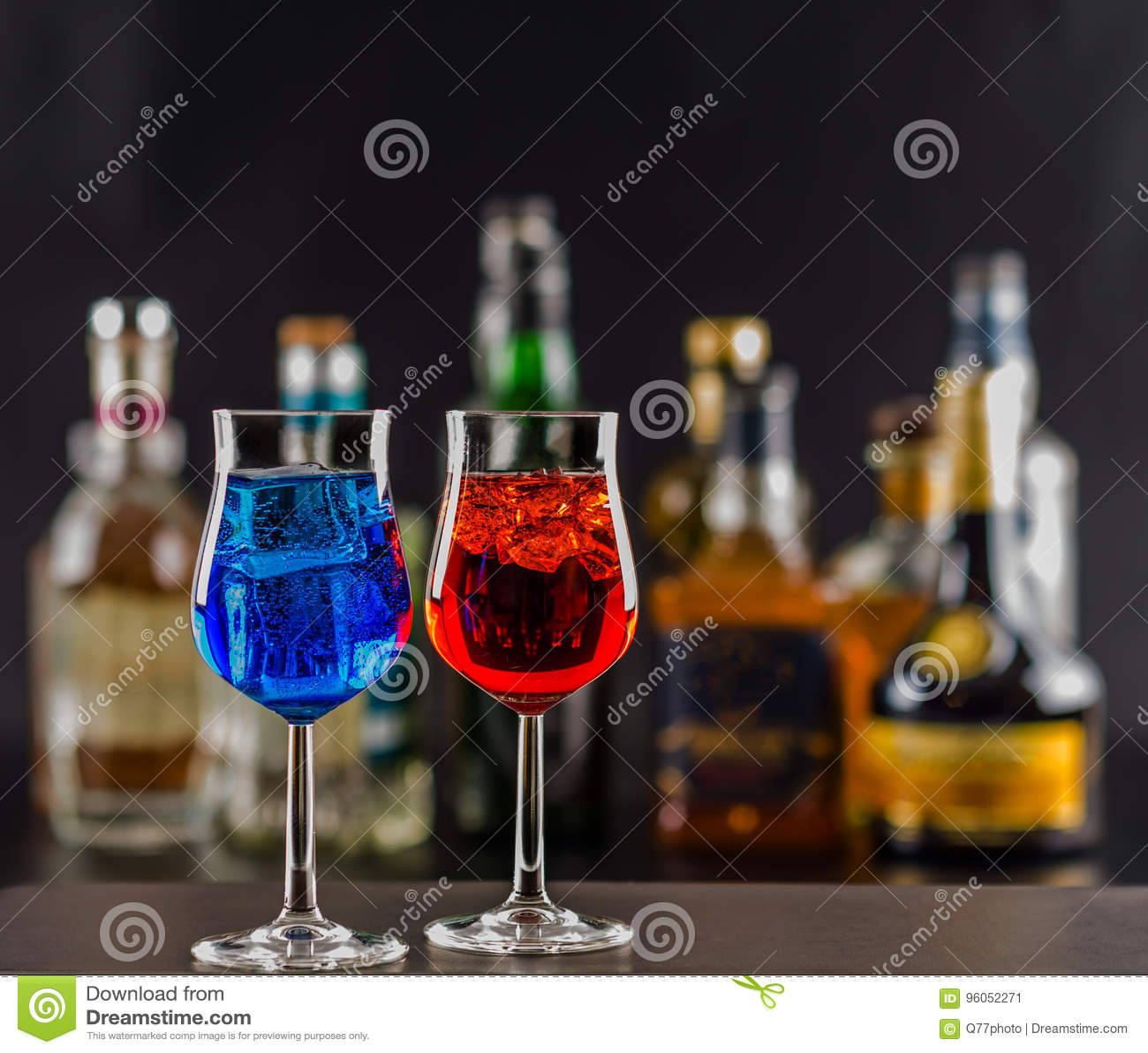 Boisson colorée sur le fond des bouteilles dans des formes originales,