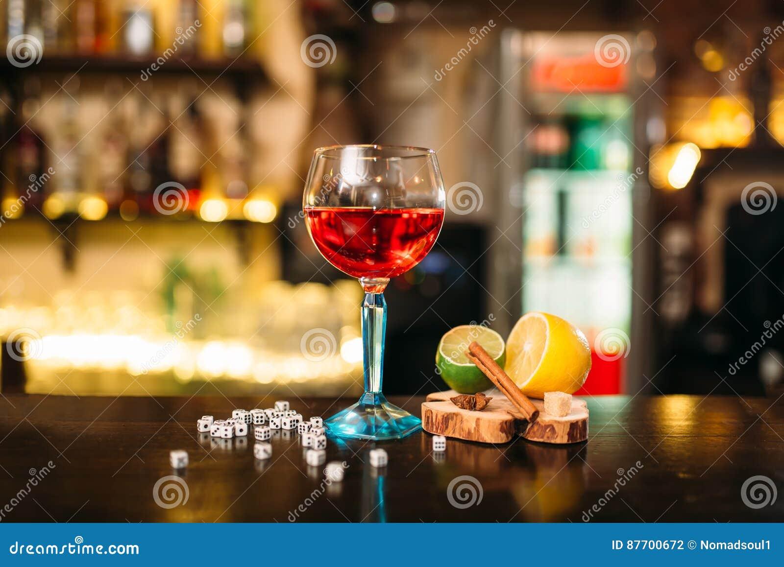 Boisson dans le verre, la chaux, le citron, le sel et les matrices