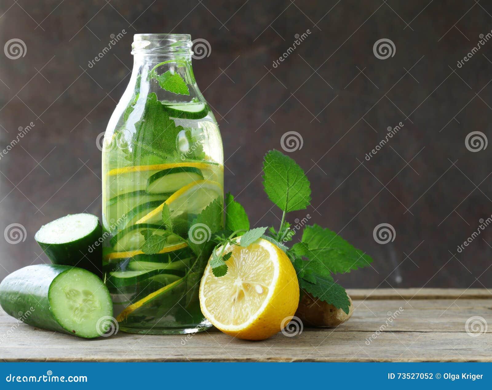 boisson de detox avec le concombre le citron et le gingembre frais photo stock image du detox. Black Bedroom Furniture Sets. Home Design Ideas