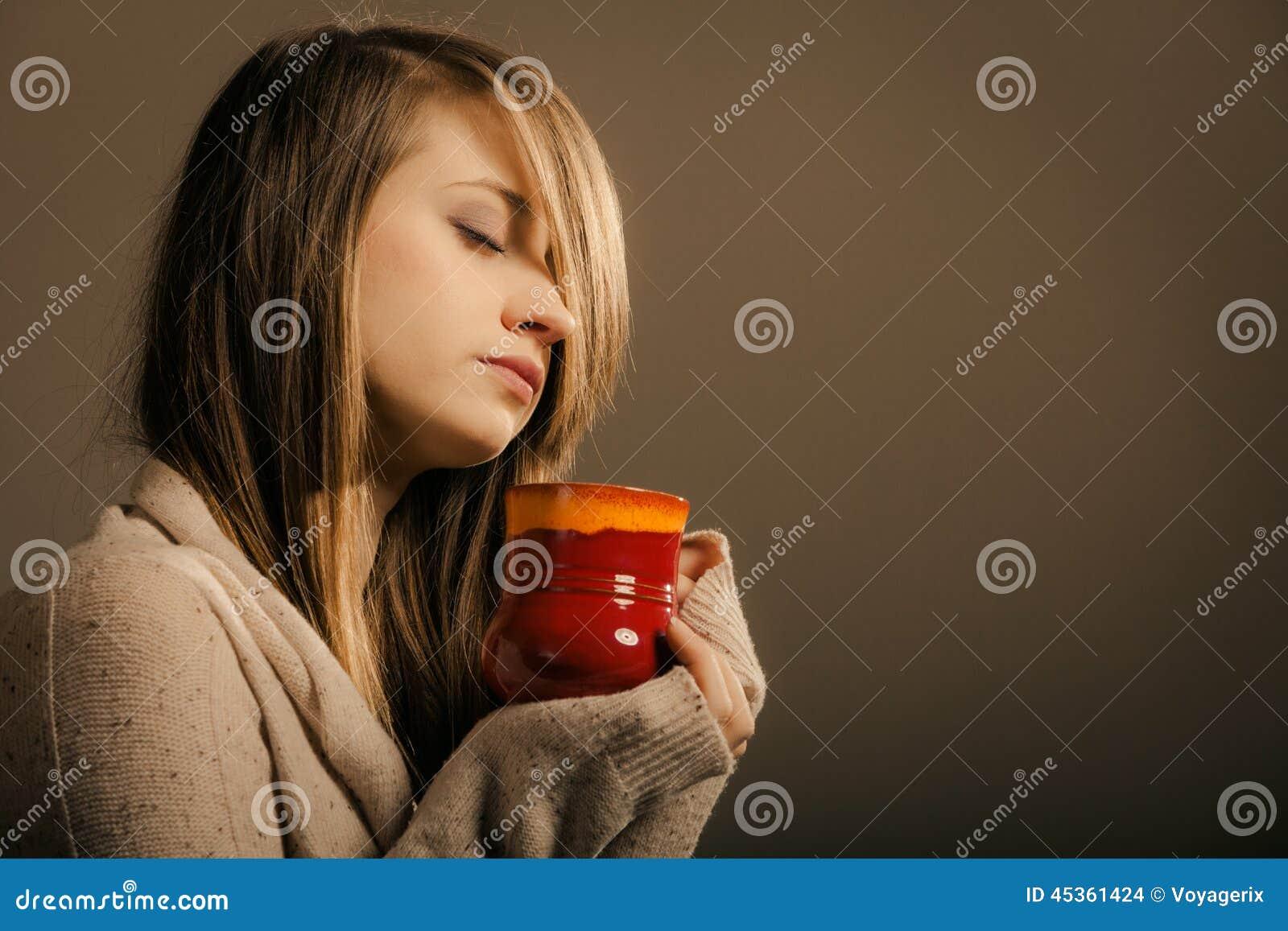 Boisson Fille tenant la tasse de tasse de thé ou de café chaud de boissons