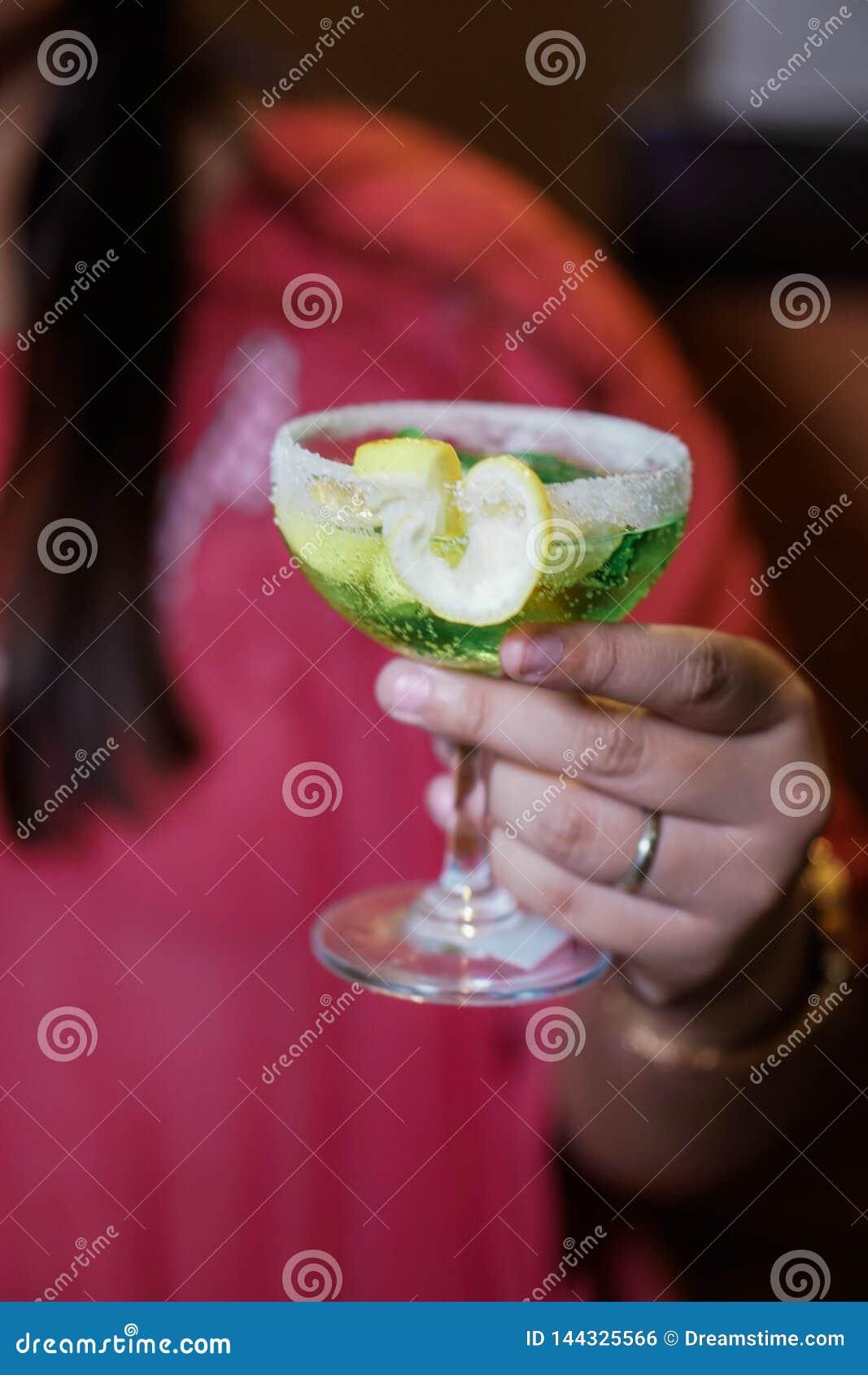 Boisson verte sur un verre