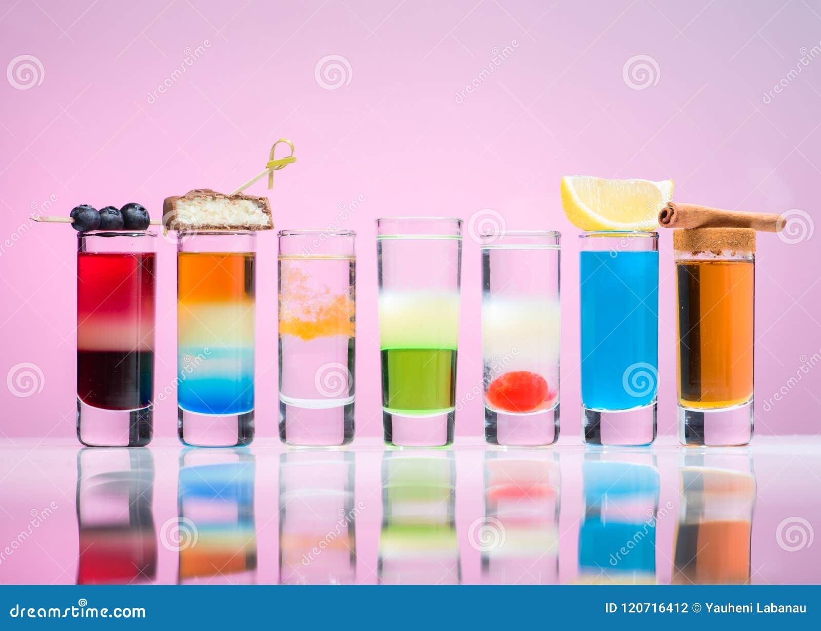 Boissons alcoolisées dans des verres à liqueur