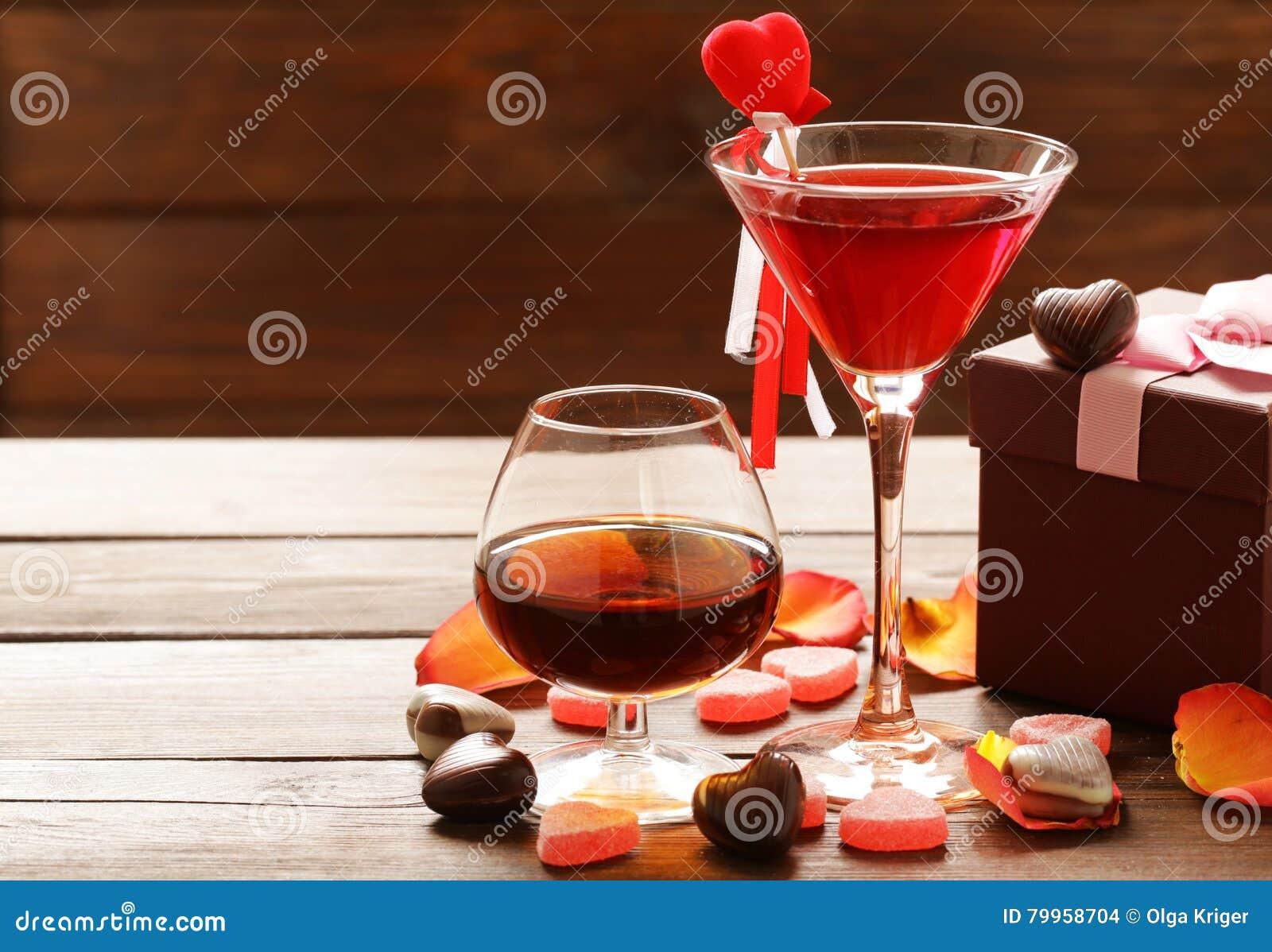 Boissons alcoolisées pour la partie de fête Coeurs de bonbons au chocolat Date le jour de valentines