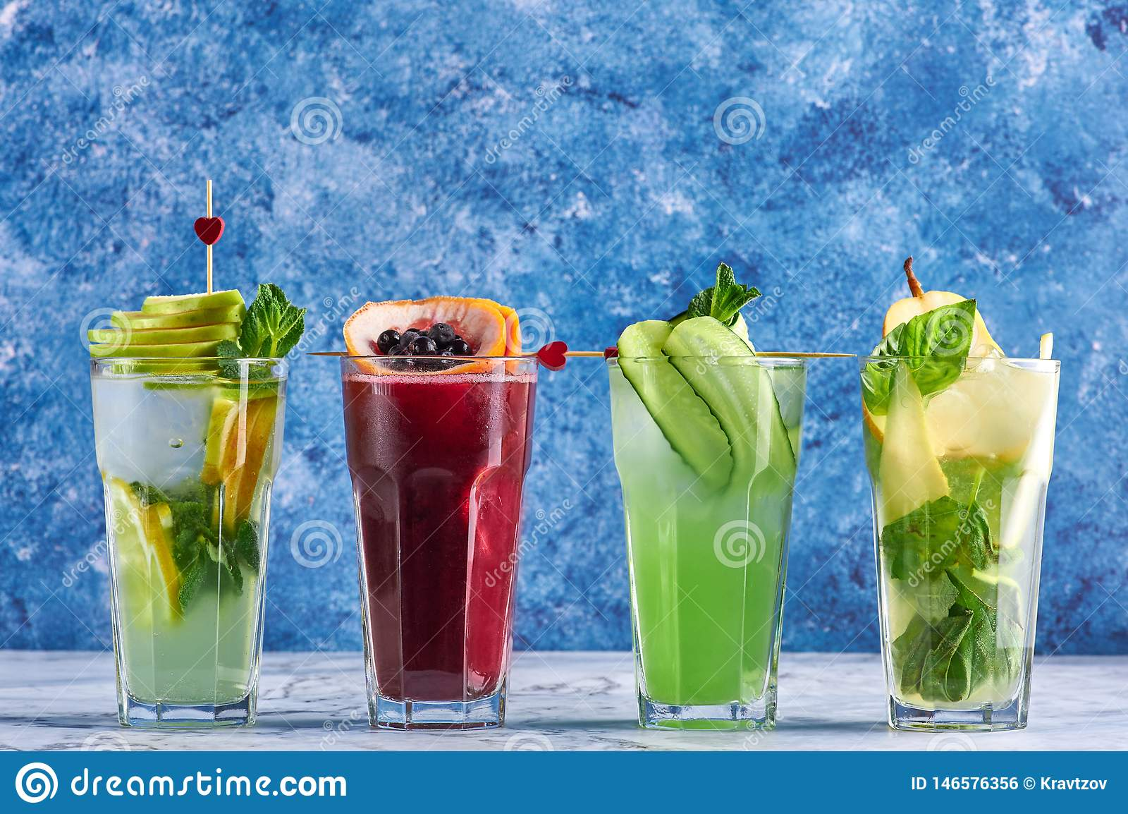 Boissons d?licieuses d ?t? concept de cocktails de detox boissons organiques saines de partie cocktails jaunes verts rouges