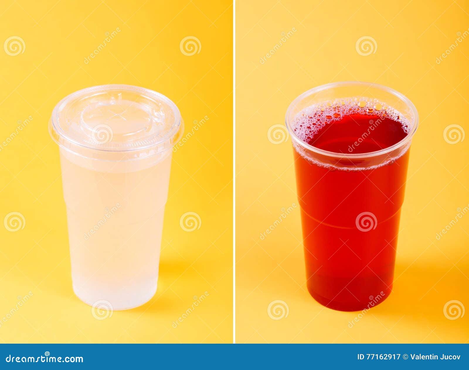 Boissons dans des tasses en plastique d isolement sur le fond jaune