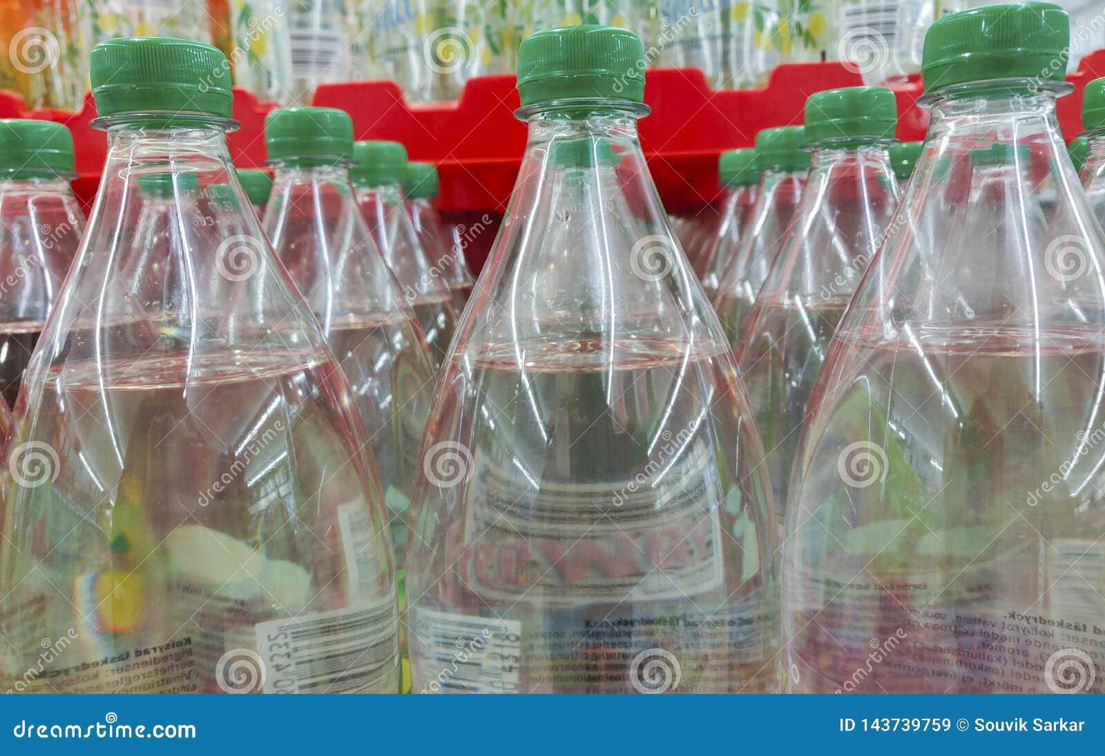Boissons non alcoolisées dans des bouteilles en plastique d une série pour le mode de vie sain et transparent frais