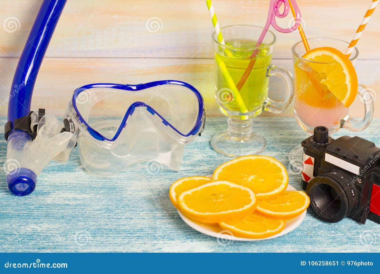Boissons, orange, appareil-photo et masque exotiques de plongée