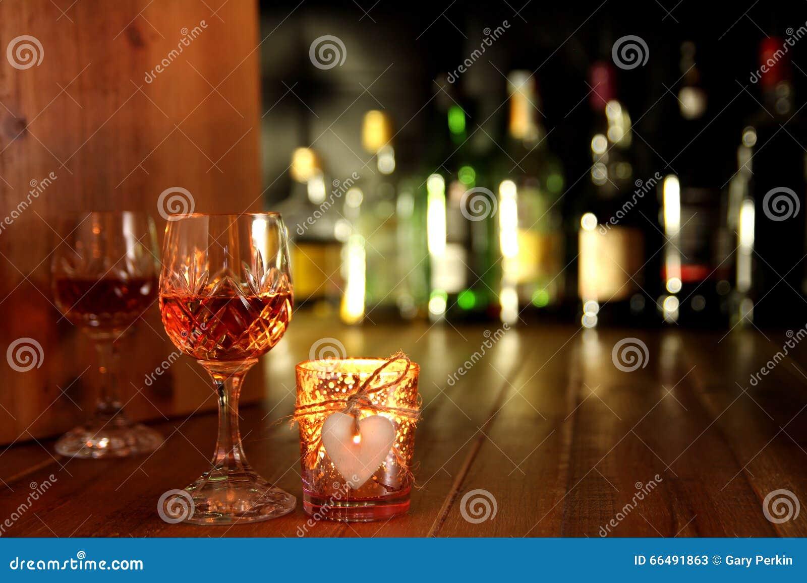 Boissons romantiques de lueur d une bougie de jour de valentines
