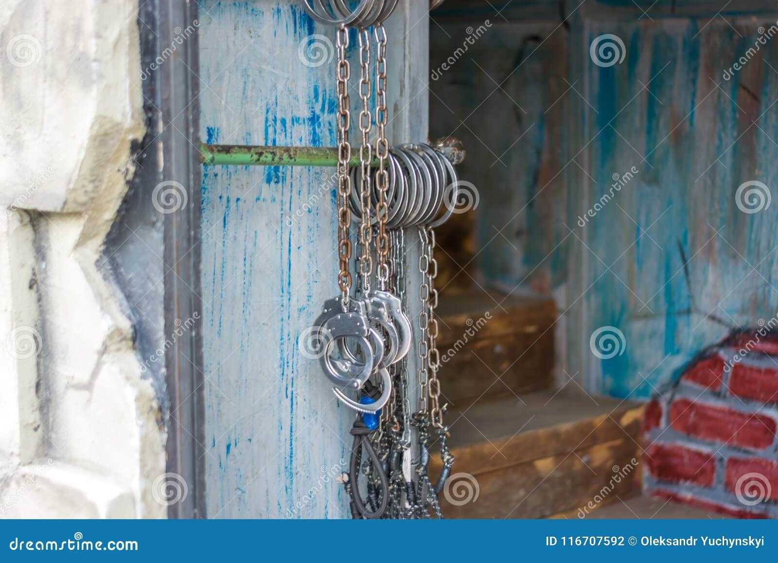 Bojor som framme hänger på väggen av ingången till fängelsehålan