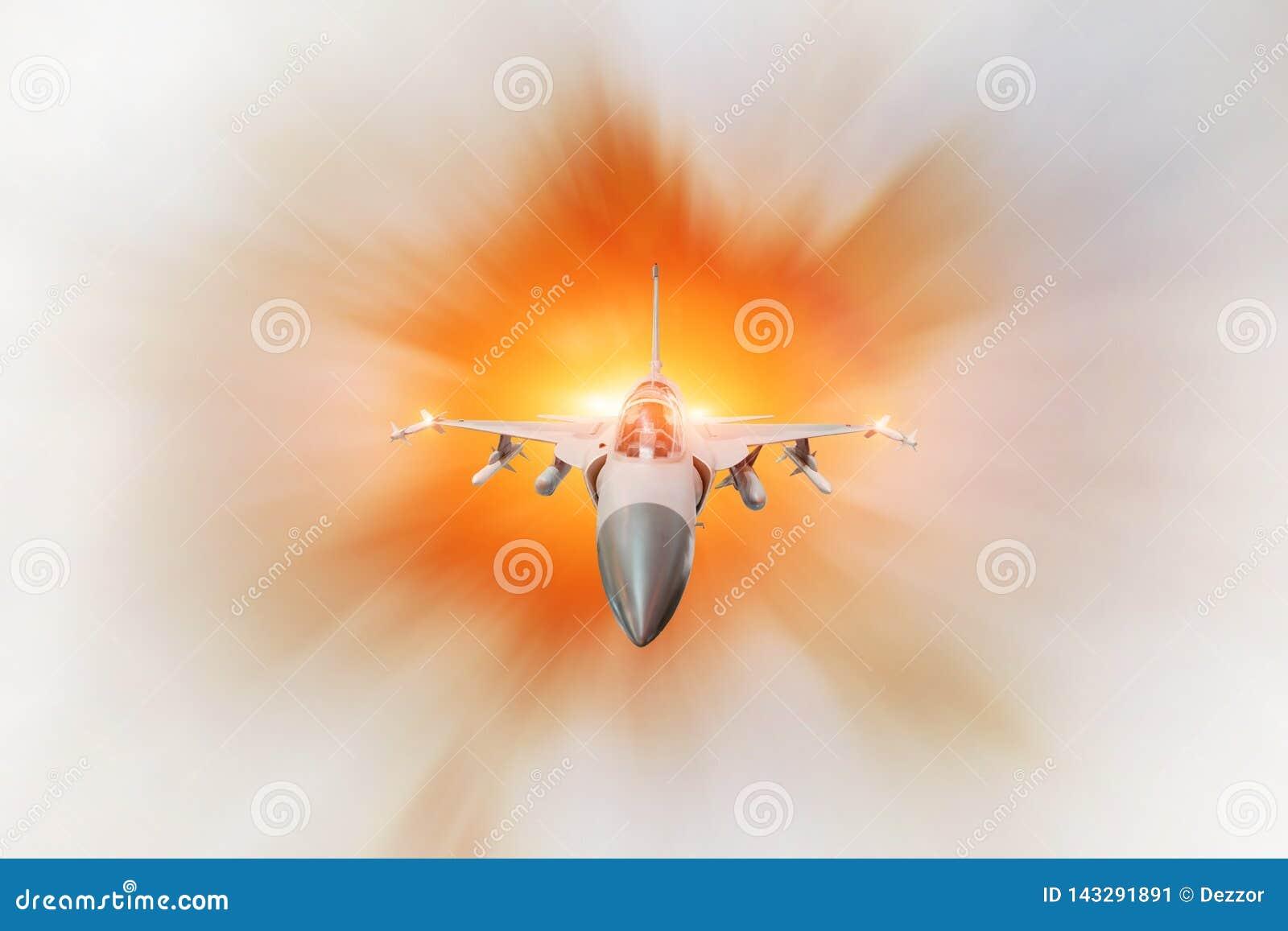 Bojowy myśliwiec na misji wojskowej z broniami - rakiety, bomby, bronie na skrzydłach z pożarniczym dopalaczem, z dużą prędkością