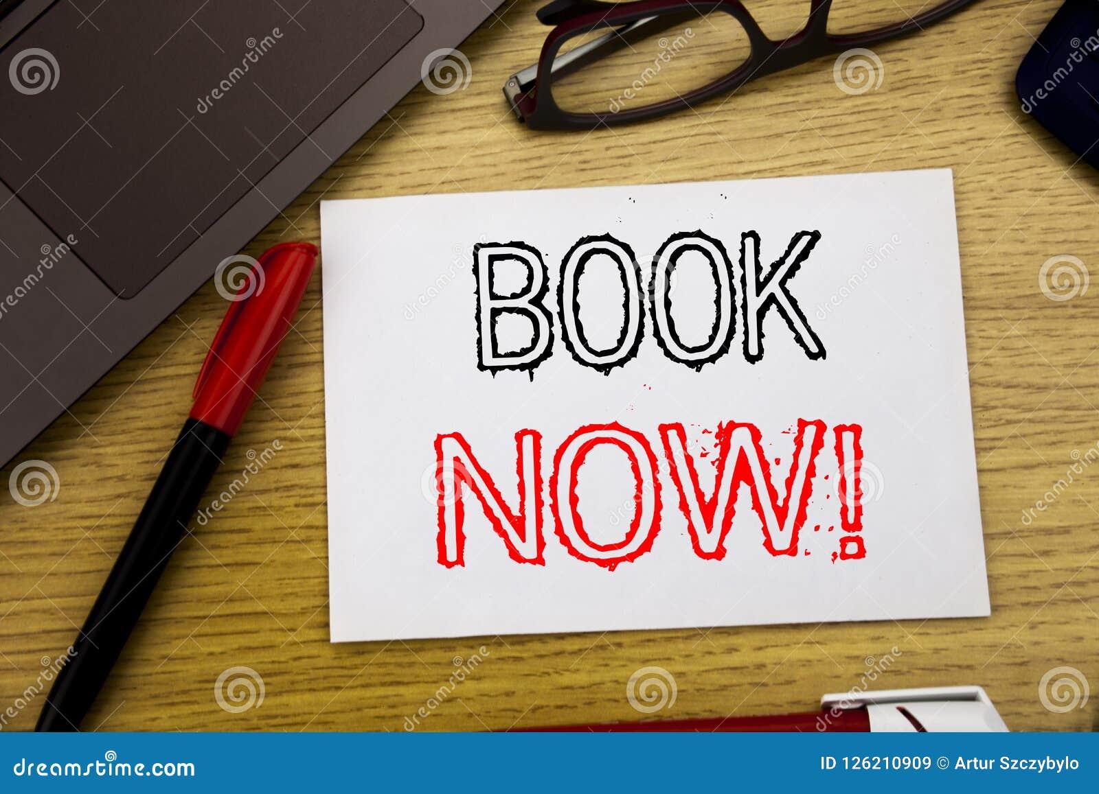Bok för visning för handskriftmeddelandetext nu Affärsidé för att boka för reservation som är skriftligt på papper, träbakgrund i