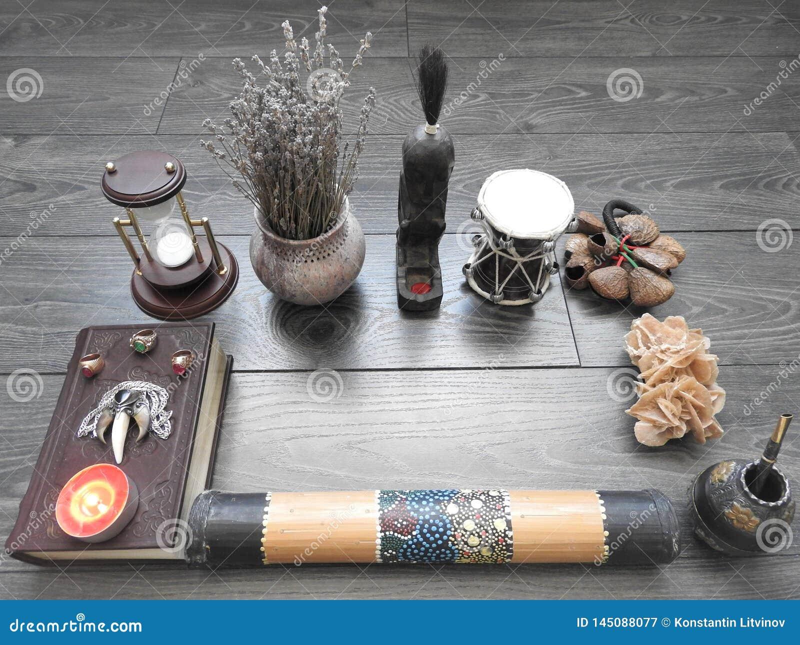 Bok med brinnande stearinljus på brädena Mystikerstilleben med ruskig ockult objektfasaallhelgonaafton och begreppet av svart
