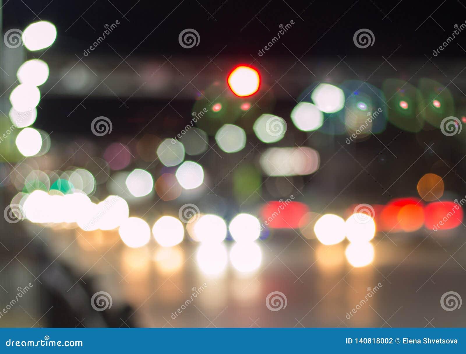 Bokeh светов автомобиля на улице вечером Абстрактное bokeh текстуры