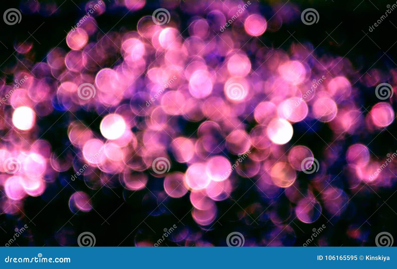 Bokeh blu rosa astratto su fondo nero Il bello bokeh circonda il modello su buio