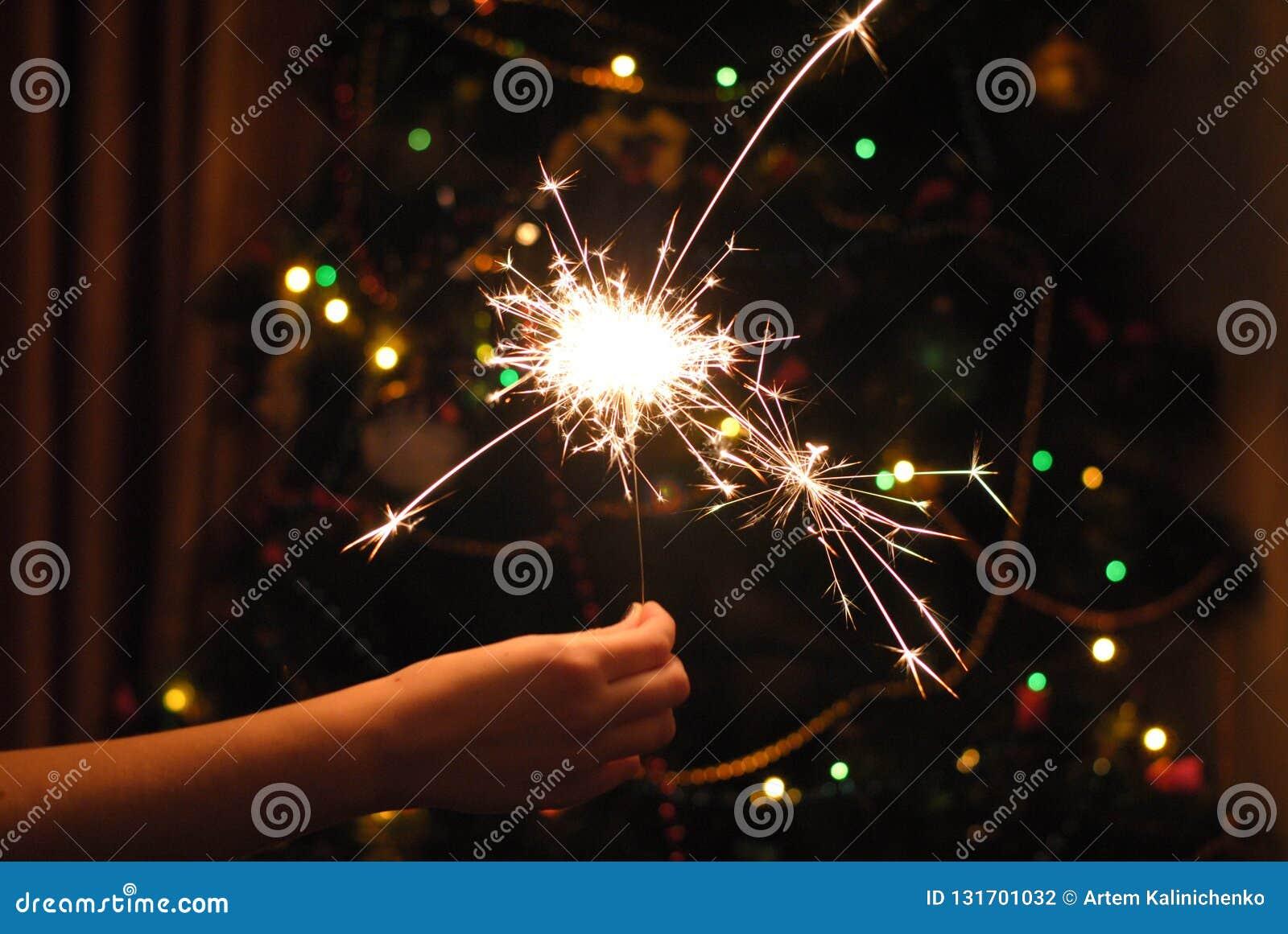 Bokeh de la guirnalda y de las bengalas de la Navidad