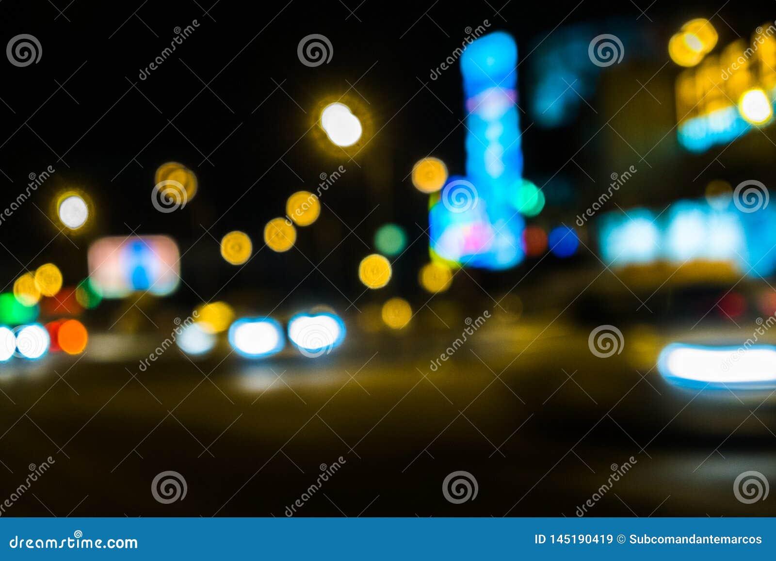 Κυκλοφορία πόλεων νύχτας σε μια γιγαντιαία μητρόπολη Ελαφρύ υπόβαθρο bokeh πόλεων Φωτεινοί σηματοδότες νύχτας Defocused