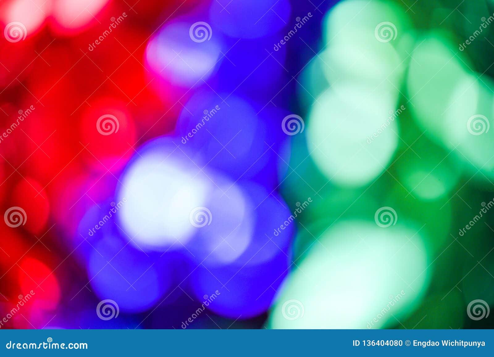 Bokeh zaświeca Kolorowego bokeh tło z zieloną błękitną czerwienią i bokeh abstraktem od świateł na choince