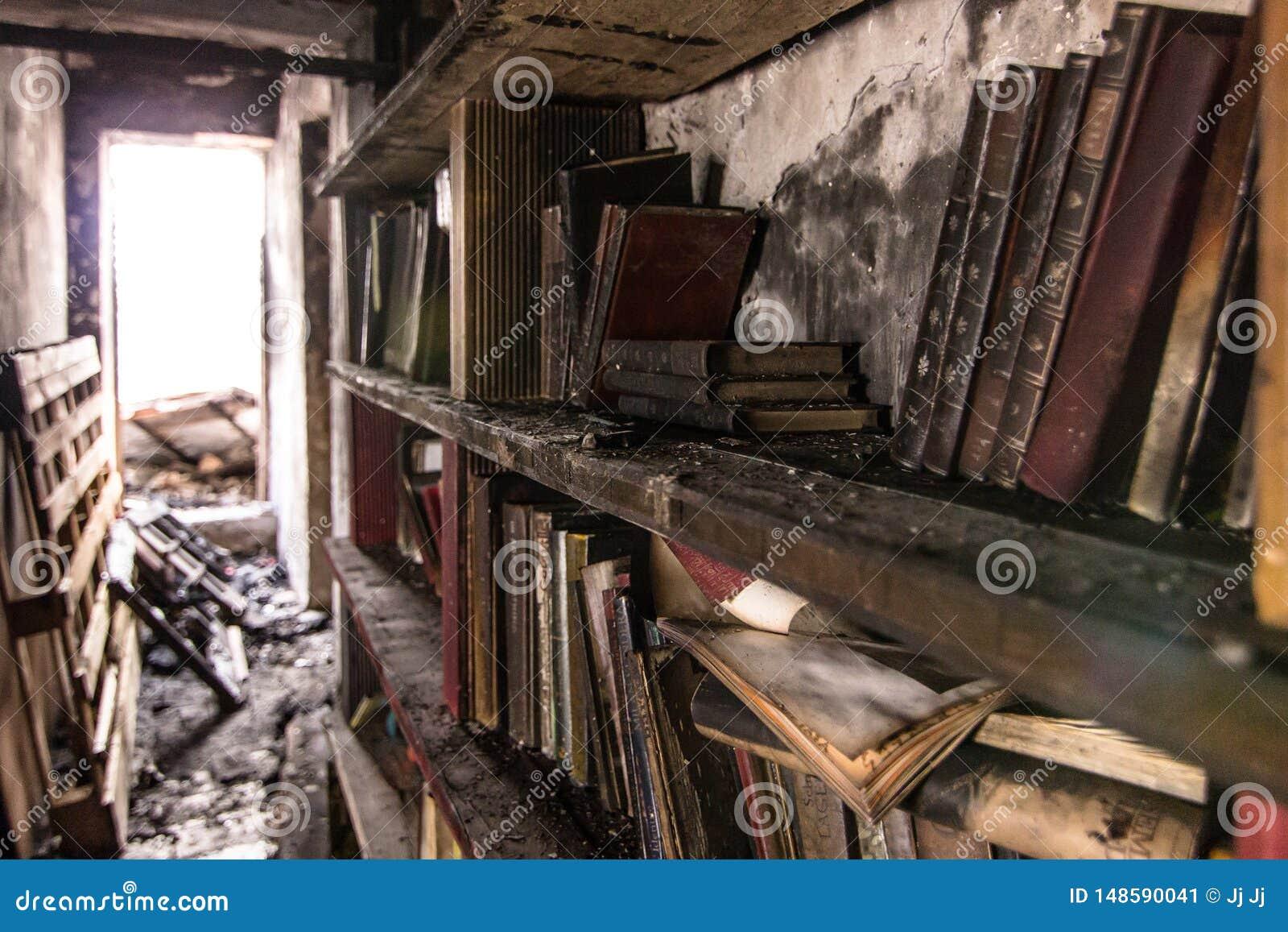 Boken brände i en bokhylla efter en brand