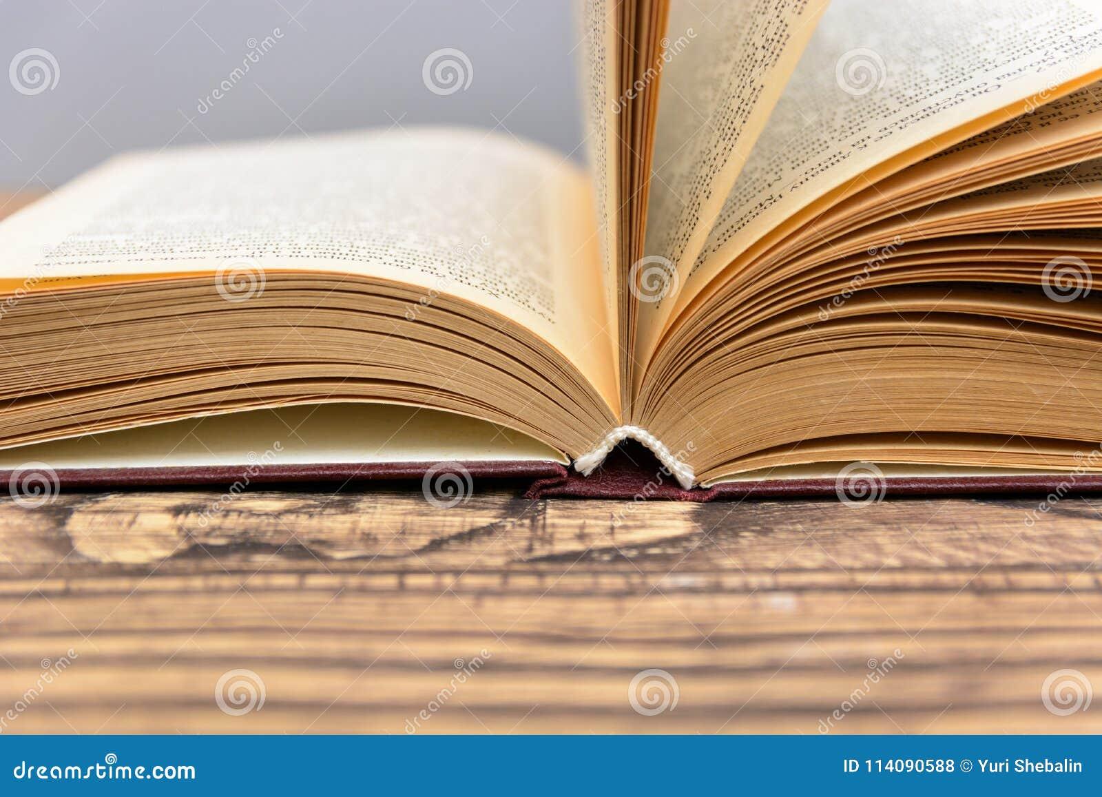 Boken söker closeupen på träbakgrund