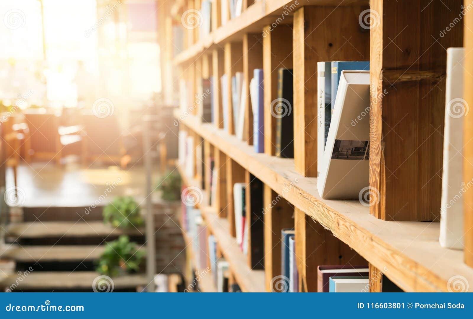 Bokhylla i coffee shoparkivhörnet books isolerat gammalt för begrepp utbildning