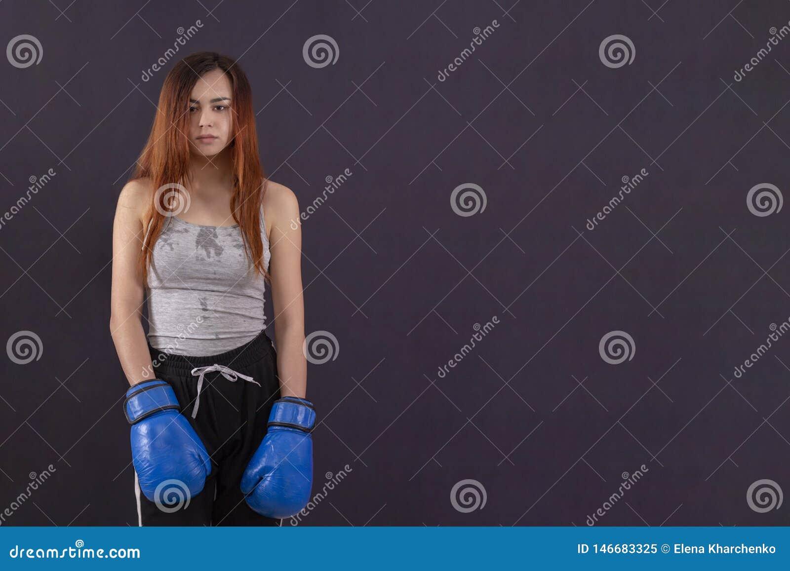 Bokser dziewczyny bokserskie r?kawiczki warty zm?czonego i przepoconego copyspace