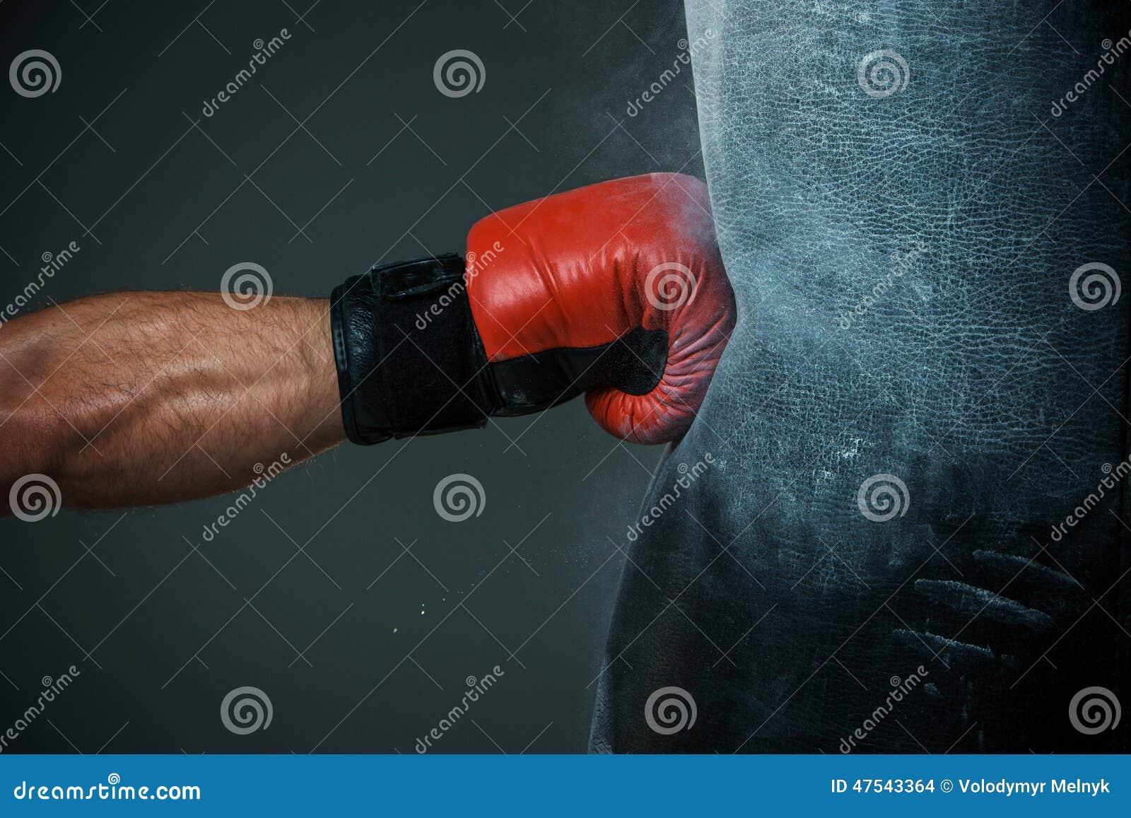 Bokserski szkolenie i Uderzać pięścią torba