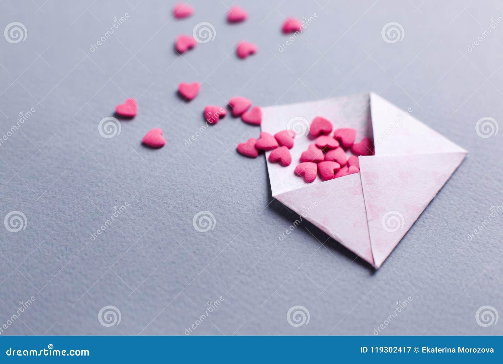 Bokstav för valentindagförälskelse det öppnade kuvertet och många klädde med filt rosa hjärtor tomt kopieringsutrymme