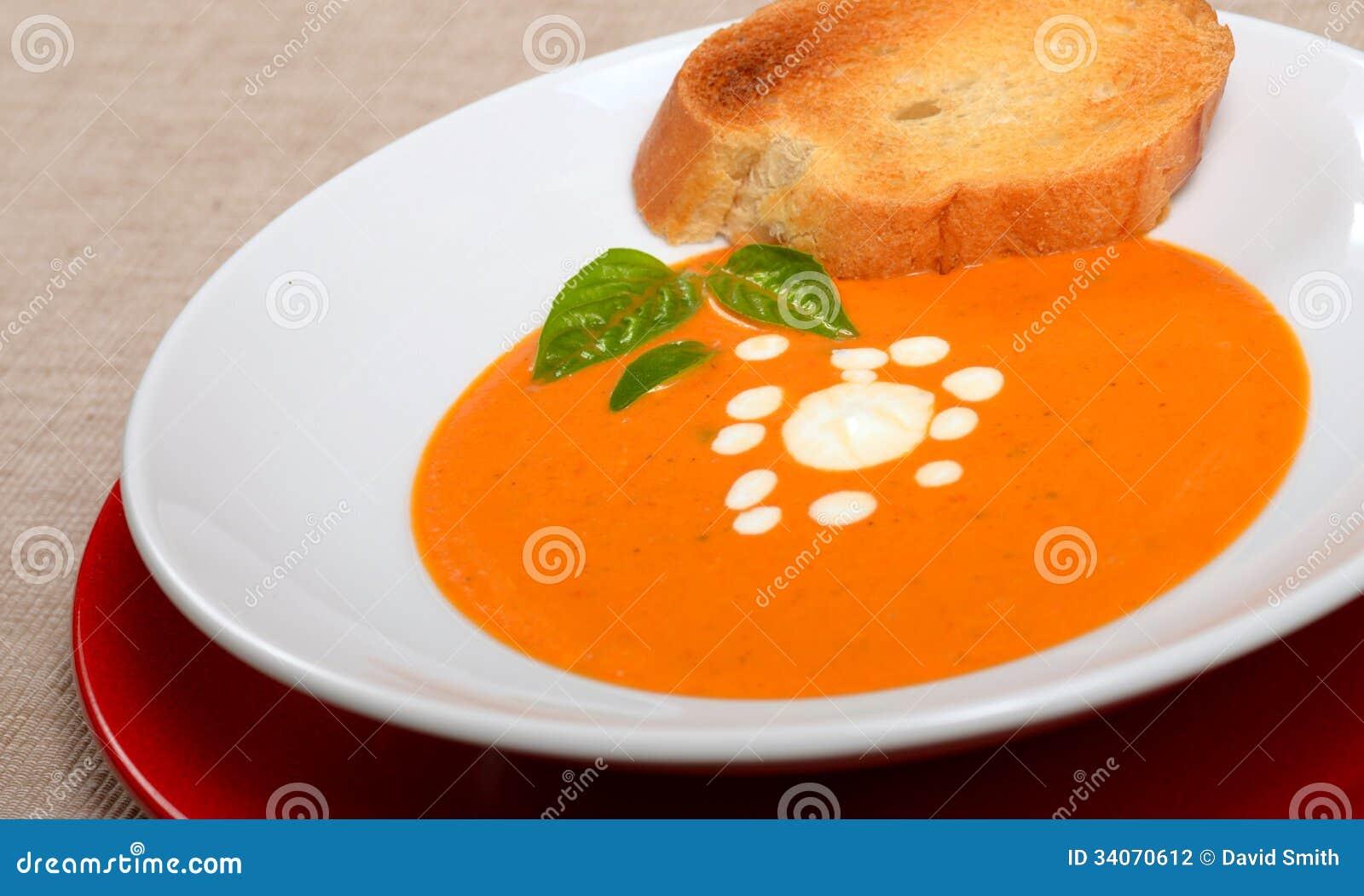 Bol d licieux de soupe tomate avec du pain et le basilic - Soupe de tomate maison ...