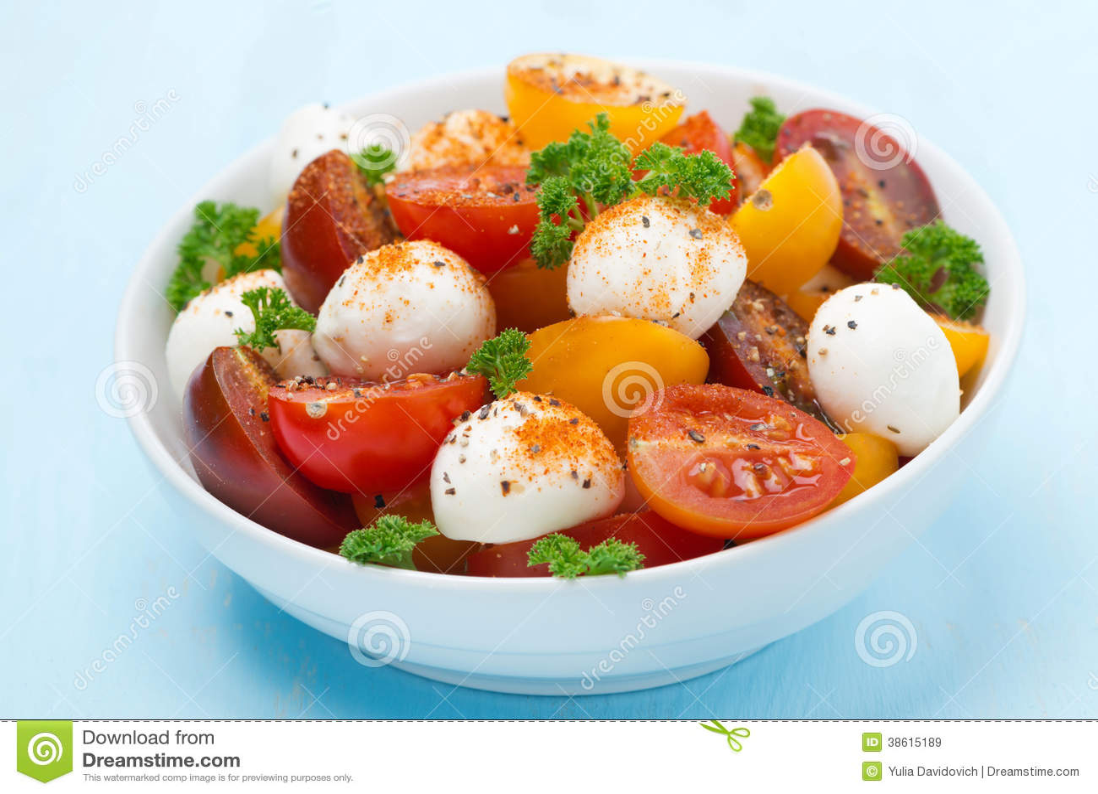 bol de salade avec du mozzarella tomates cerises image stock image du mozzarella herbe 38615189. Black Bedroom Furniture Sets. Home Design Ideas