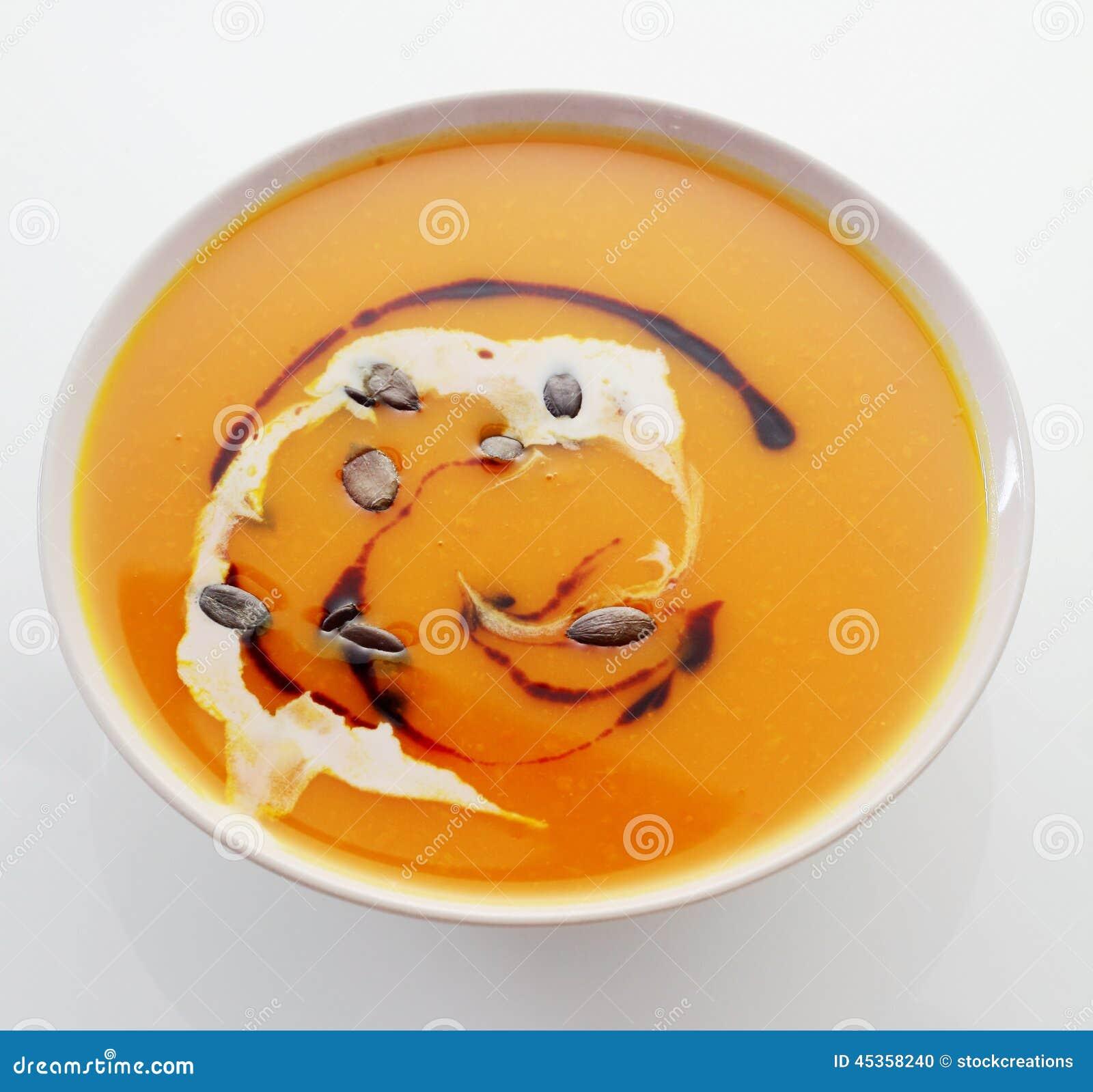 Bol de soupe crémeuse à potiron ou à butternut