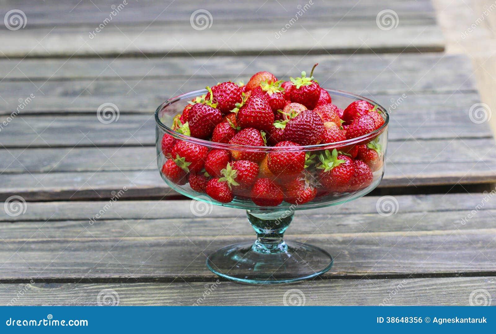 Bol de vidrio de fresas maduras frescas imagen de archivo - Bol de vidrio ...