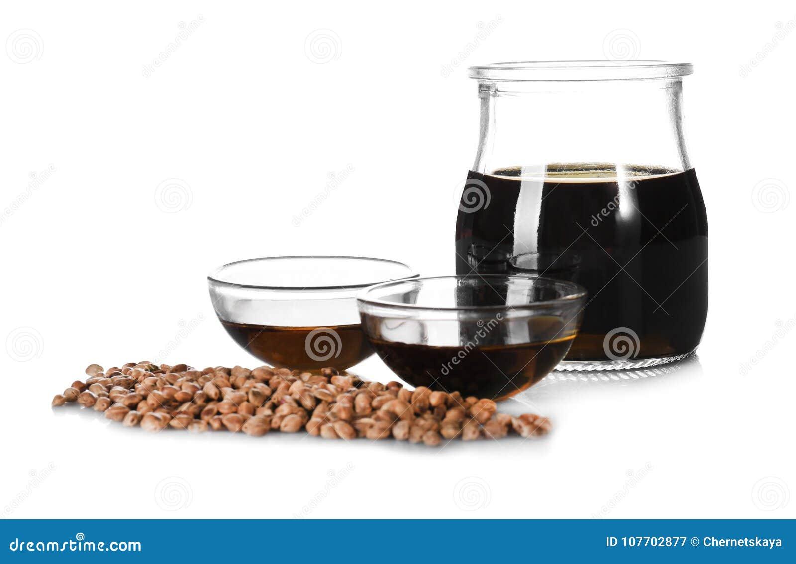 Bol de vidrio y tarro con aceite de cáñamo