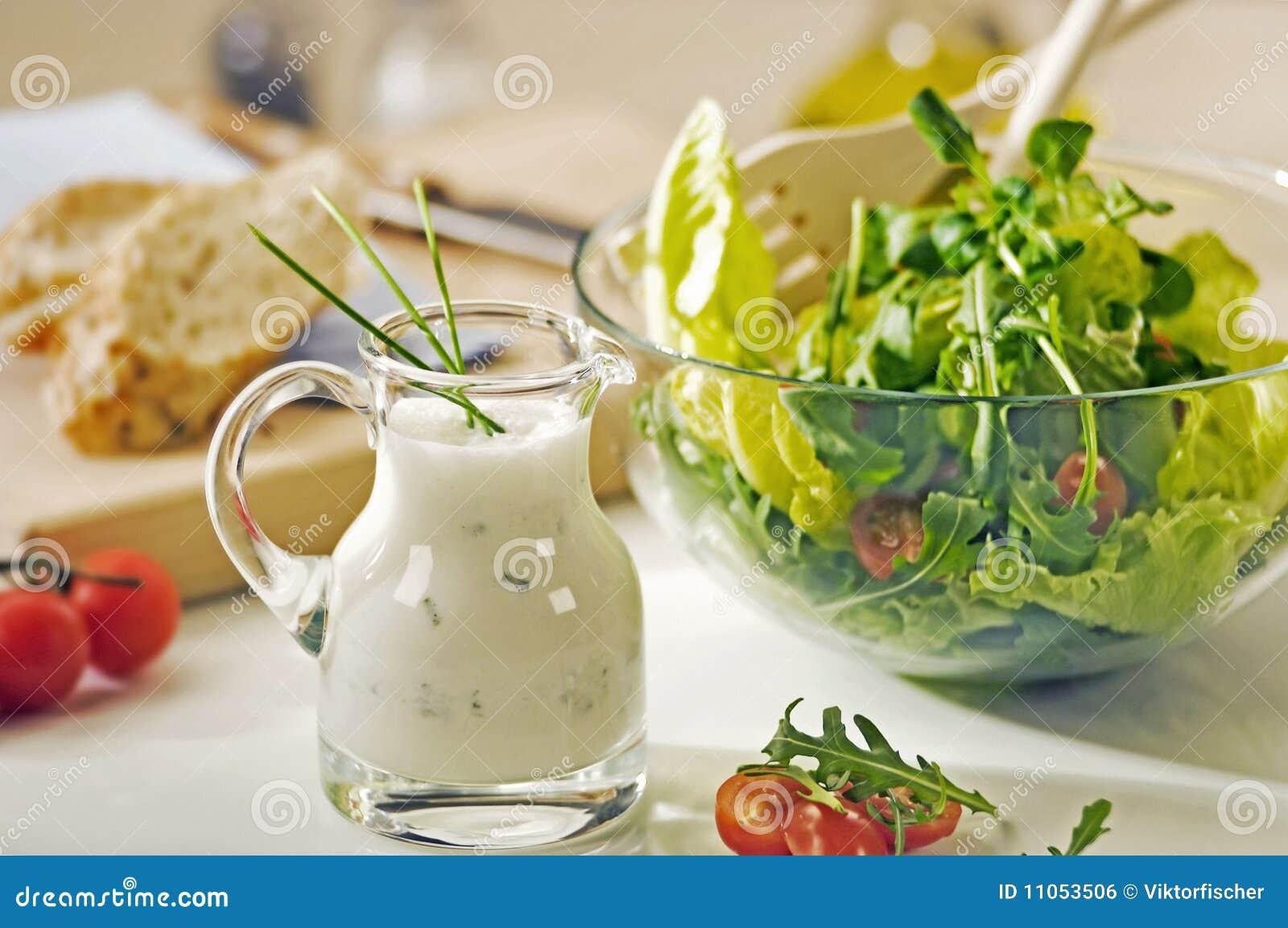 Bol des verts et de la sauce salade