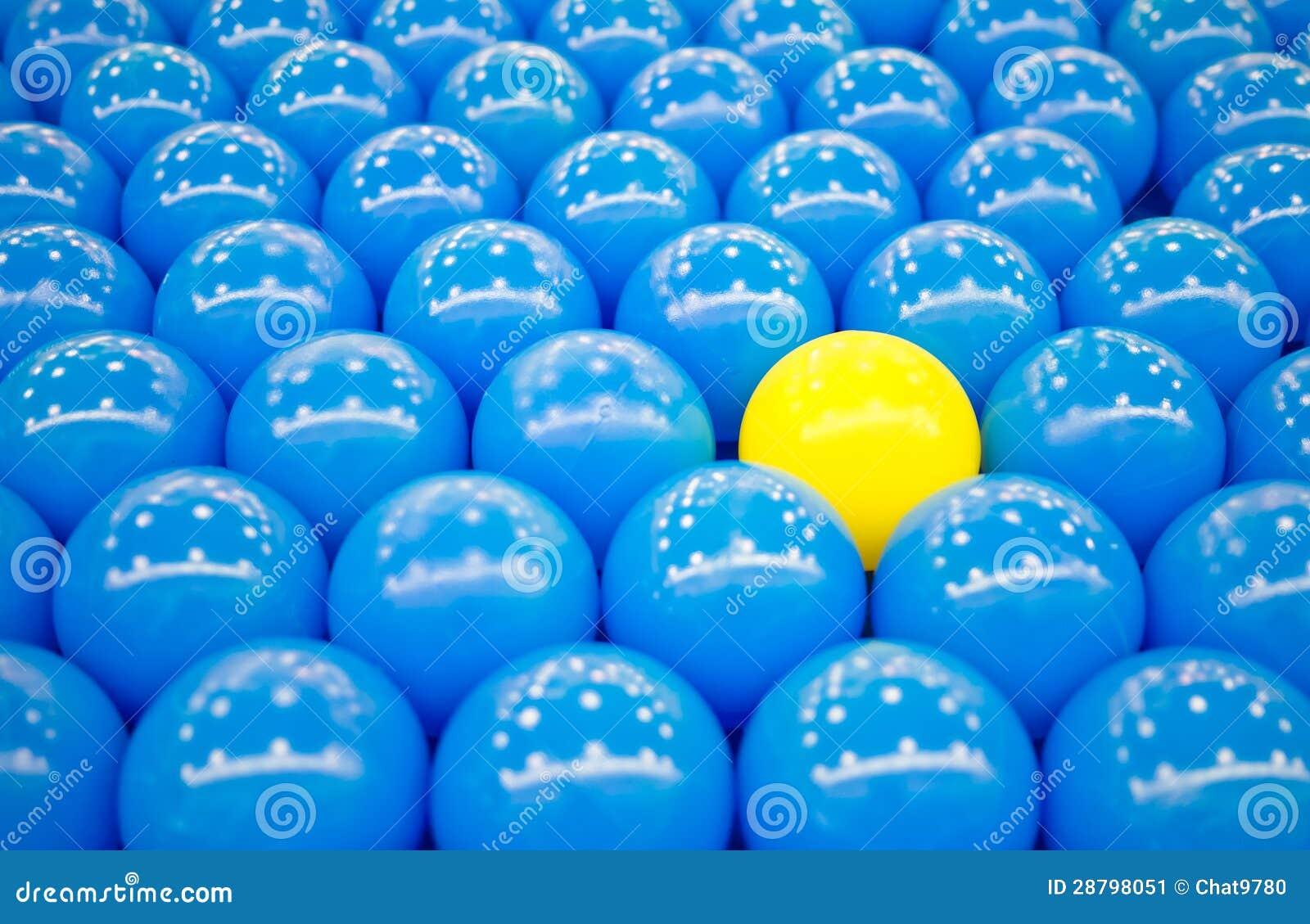 Fotos De Stock Chat9780: Bola Amarilla única Entre Bolas Azules Imagen De Archivo