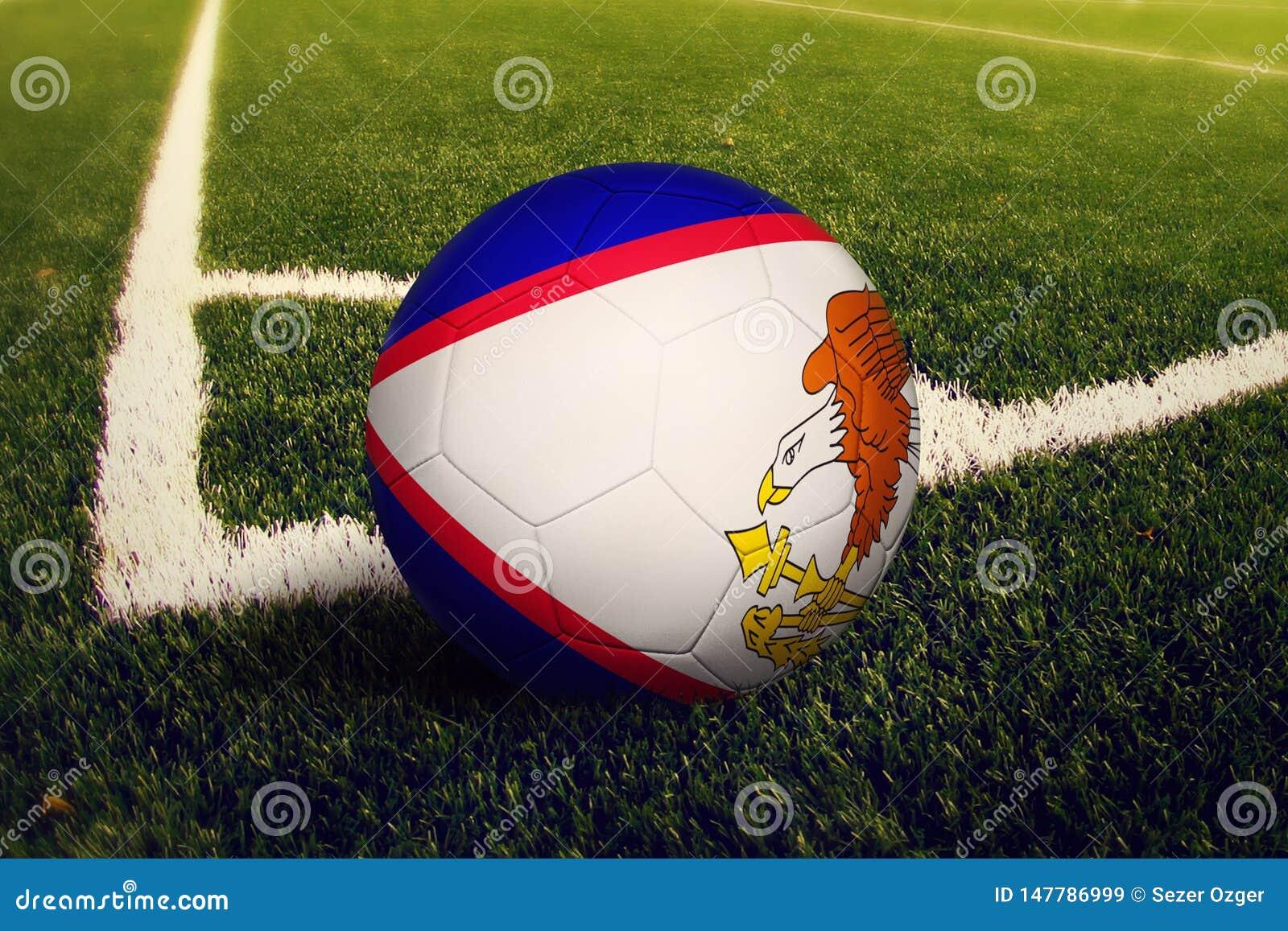 Bola de American Samoa en la posici?n del retroceso de la esquina, fondo del campo de f?tbol Tema nacional del f?tbol en hierba v