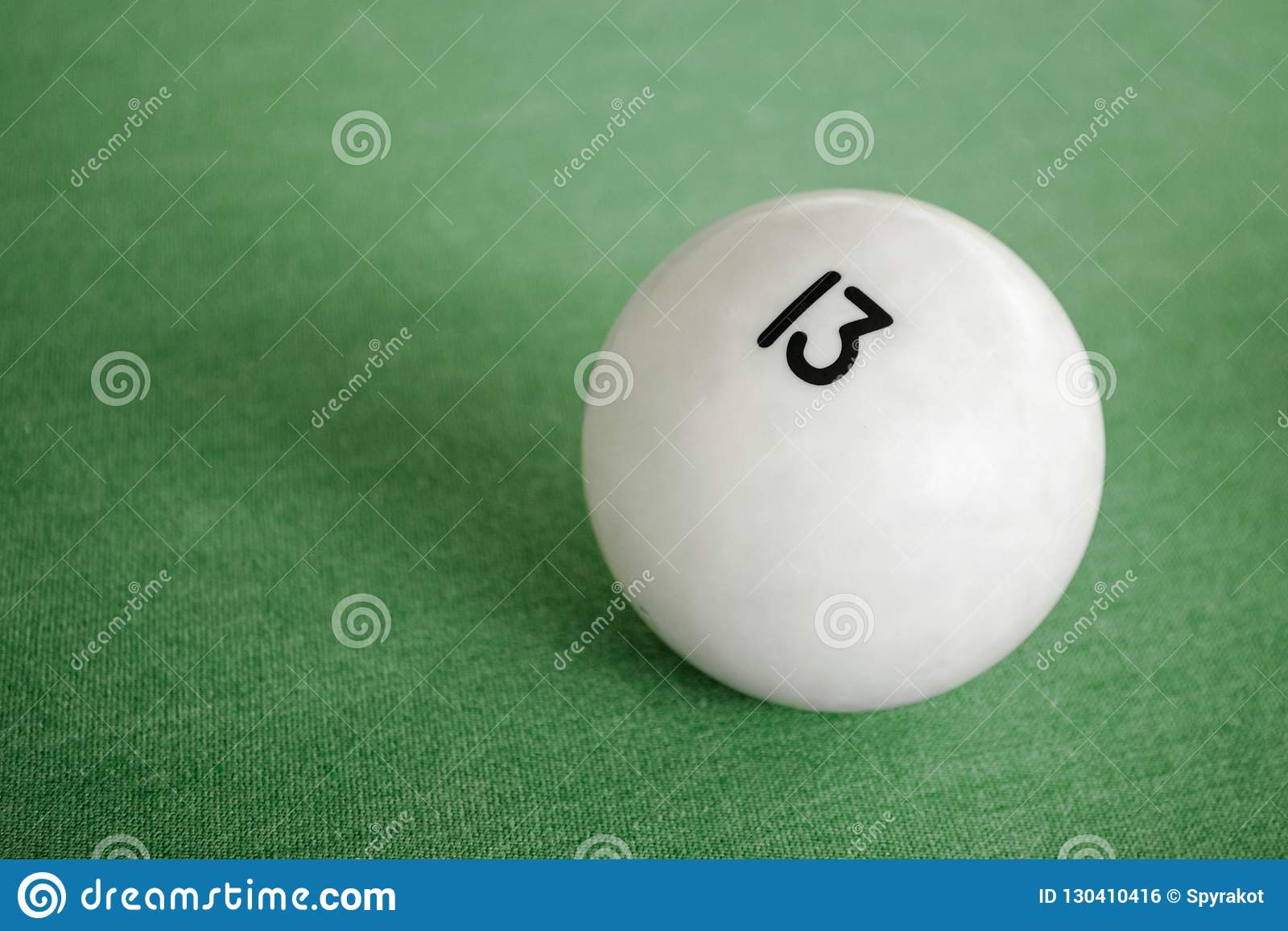 Bola De Bilhar Número 13 Em Uma Mesa De Bilhar Uma Imagem Do Close