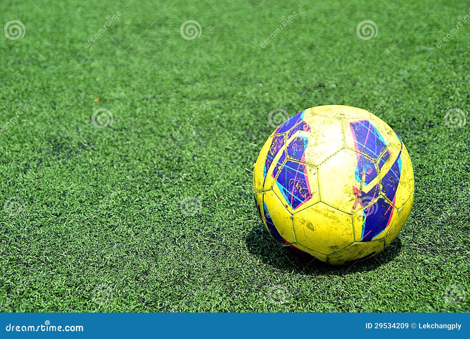 Bola de futebol em campos verdes