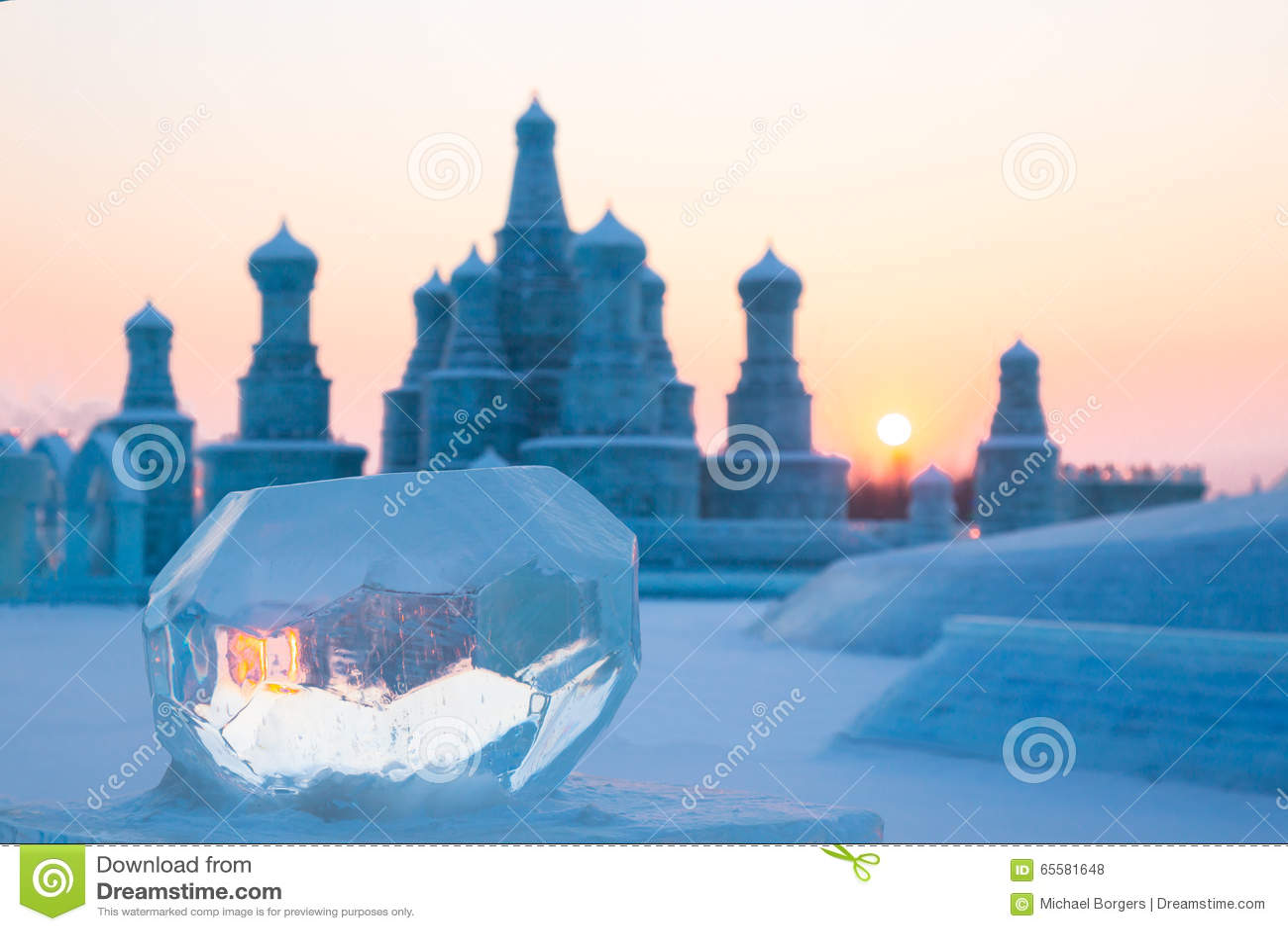Bola de gelo no por do sol no inverno