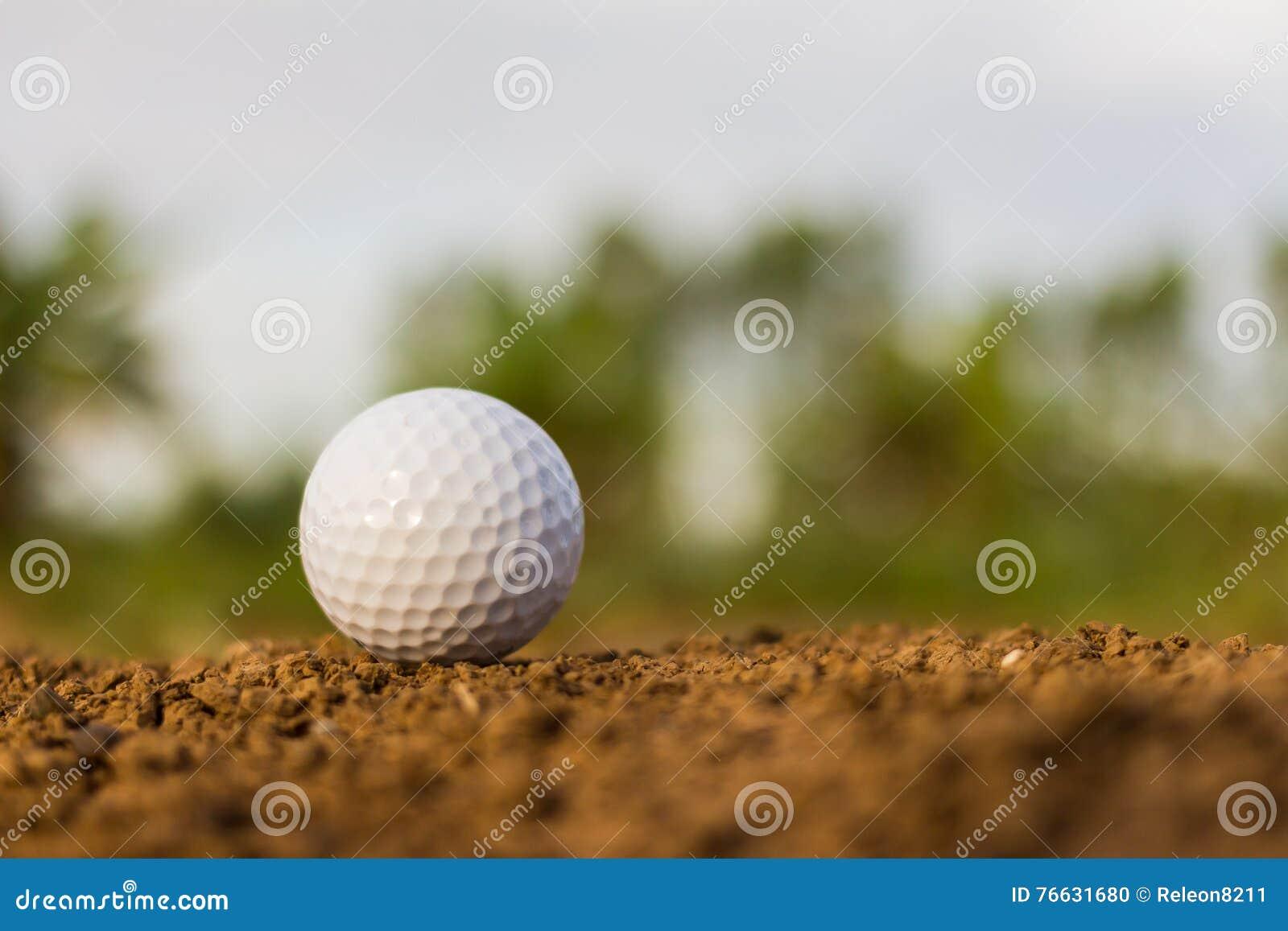 Bola de golfe na terra