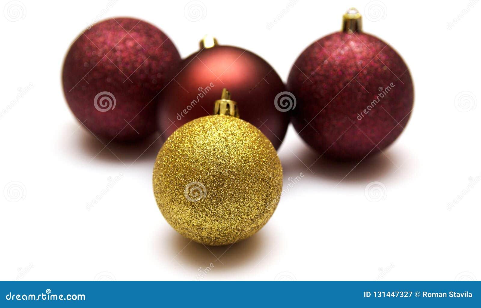 Bola de la Navidad aislada en el fondo blanco, juguetes de la Navidad Oro, y chucherías rojas de la Navidad aisladas en el fondo