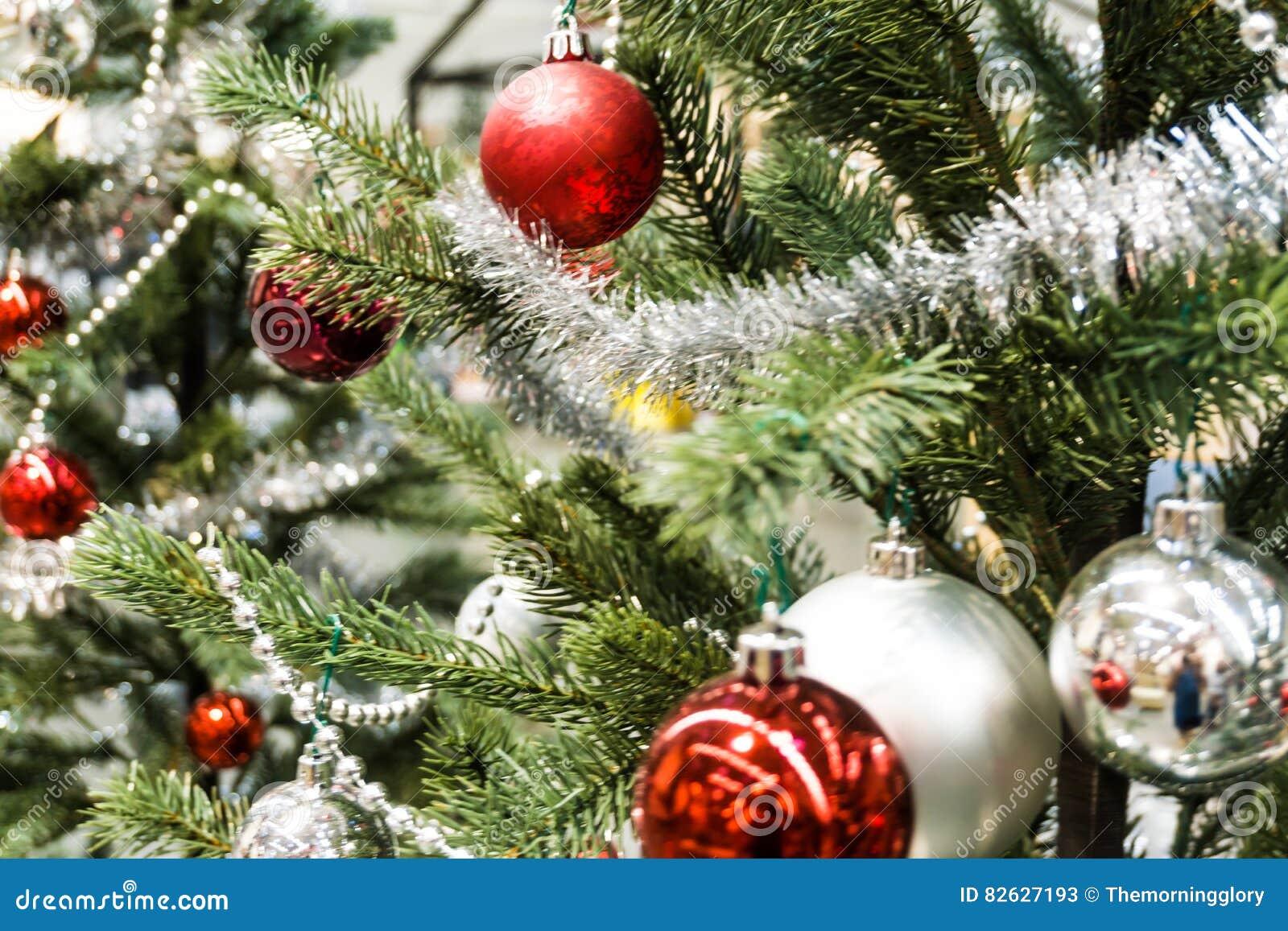 Bola de la Navidad con en la decoración del árbol de pino