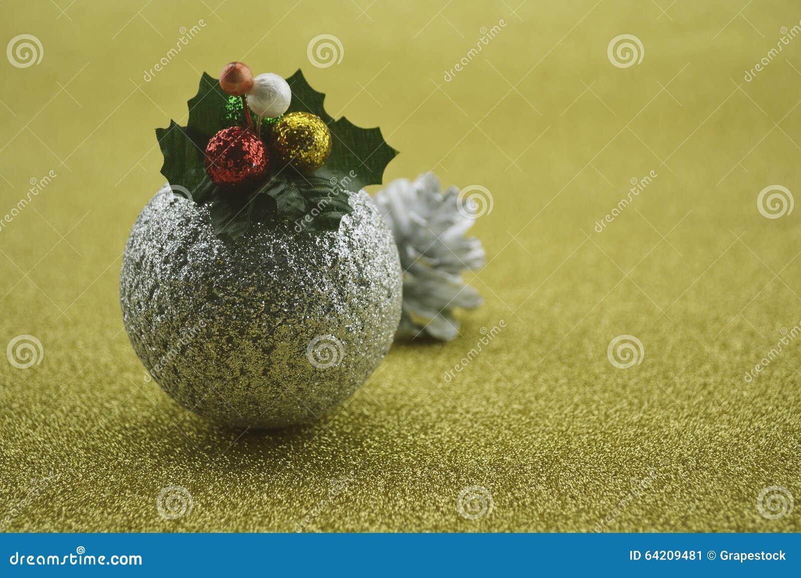 Bola de la Navidad del oro en fondo de oro de la falta de definición