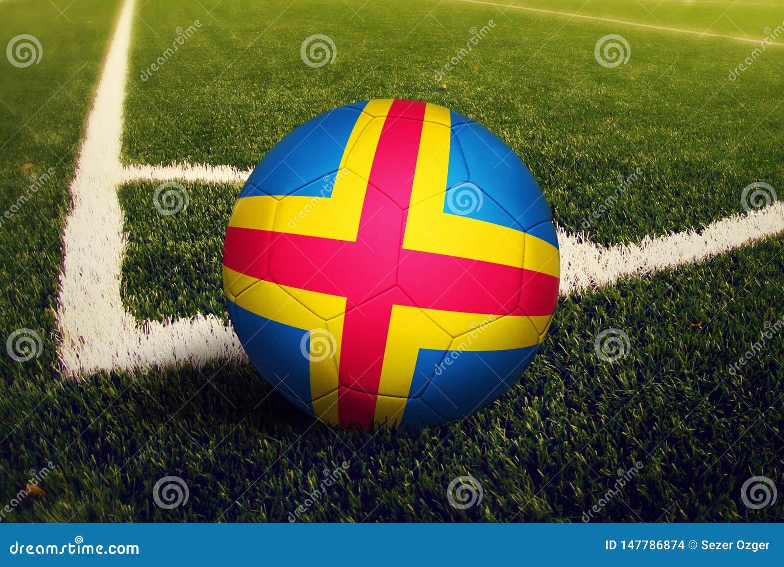 Bola de las islas de Aland en la posici?n del retroceso de la esquina, fondo del campo de f?tbol Tema nacional del f?tbol en hier