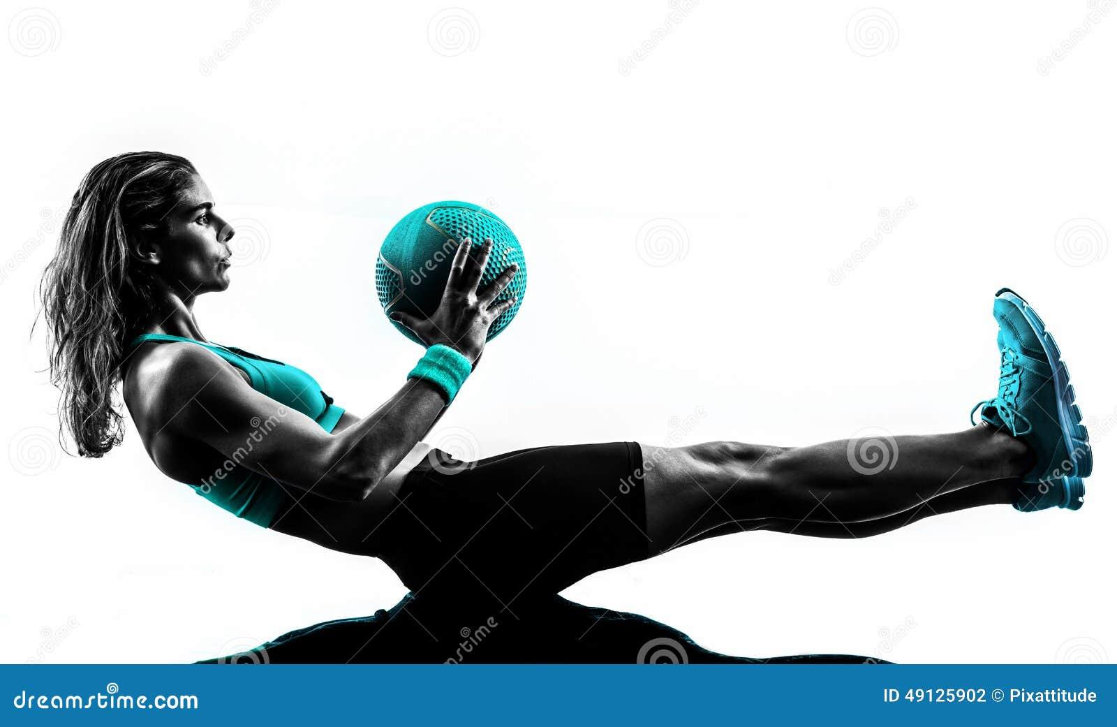 A bola de medicina da aptidão da mulher exercita a silhueta