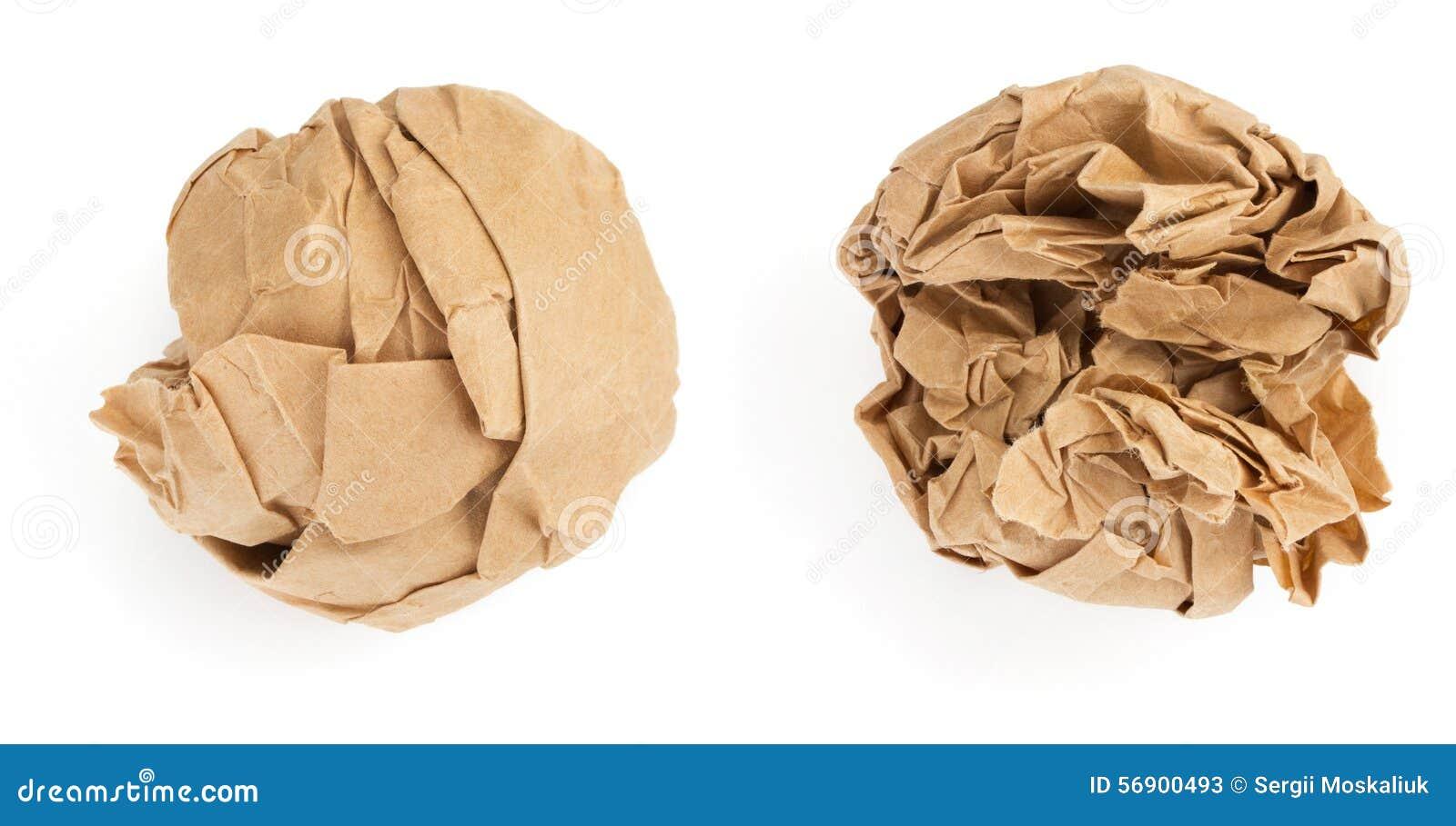 Bola de papel arrugada en el fondo blanco
