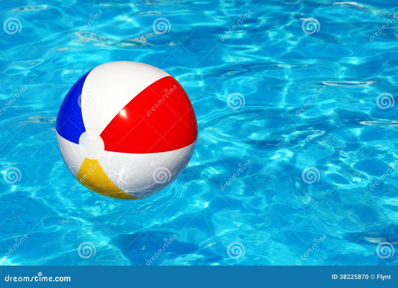 Bola de praia na piscina