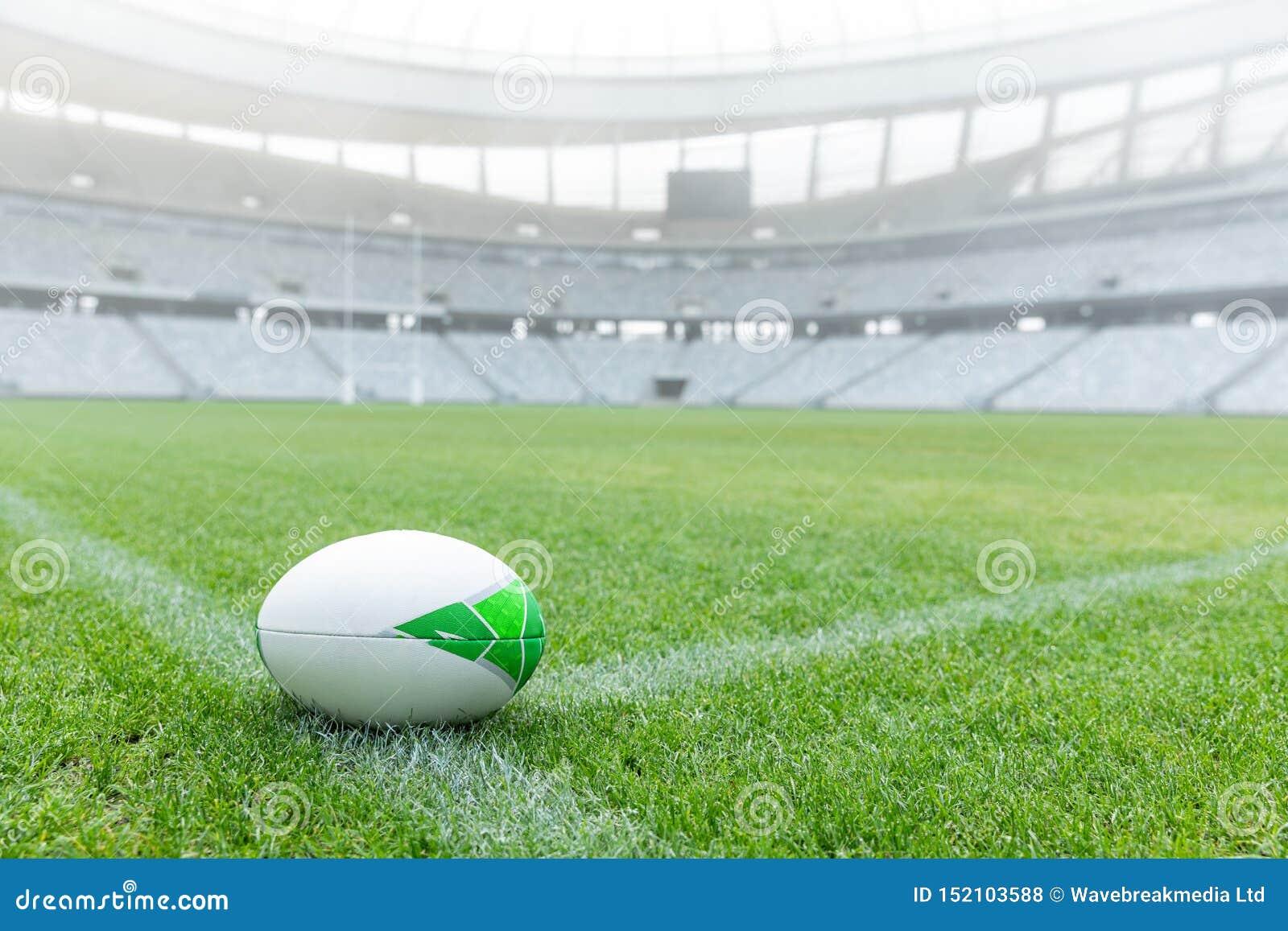 Bola de rugby em uma grama no estádio