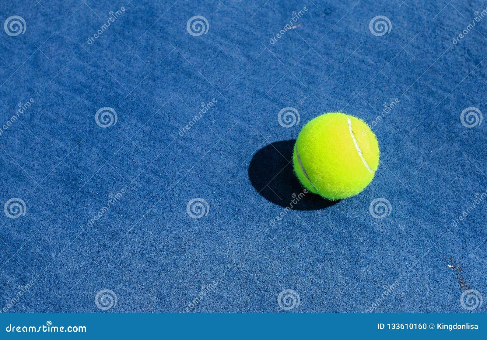 Bola de tênis na corte dura azul